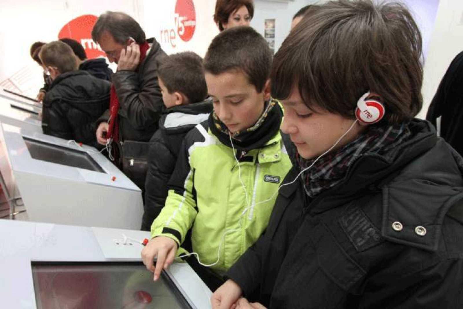 Escolares escuchando algunos audios de RNE