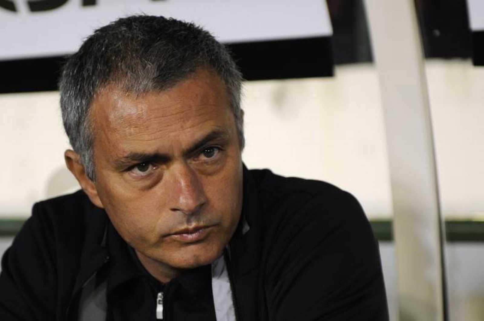 Jose Mourinho, en el banquillo del Benito Villamarín.