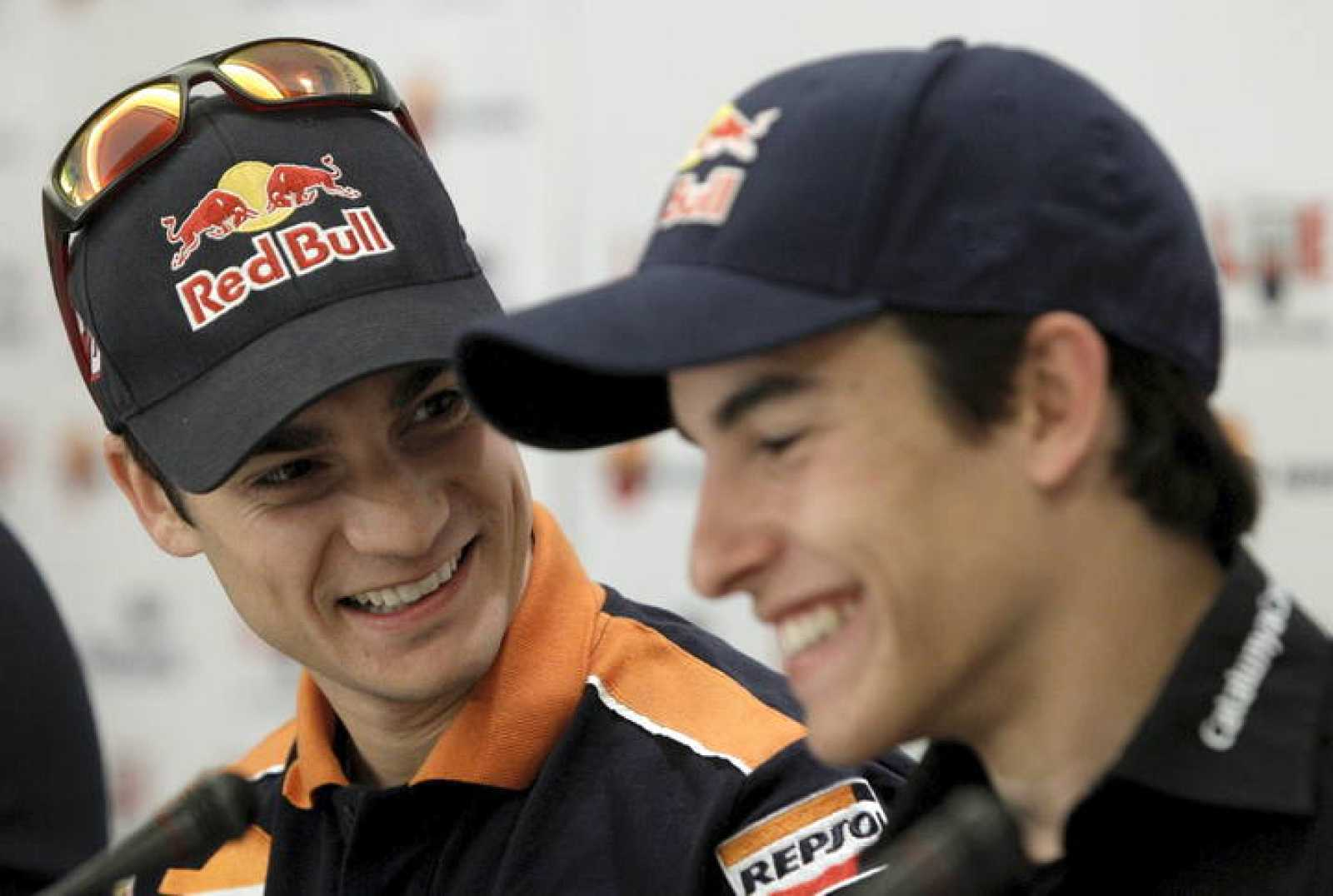 Los pilotos españoles Dani Pedrosa (i) y Marc Márquez (d) participan en un desayuno informativo
