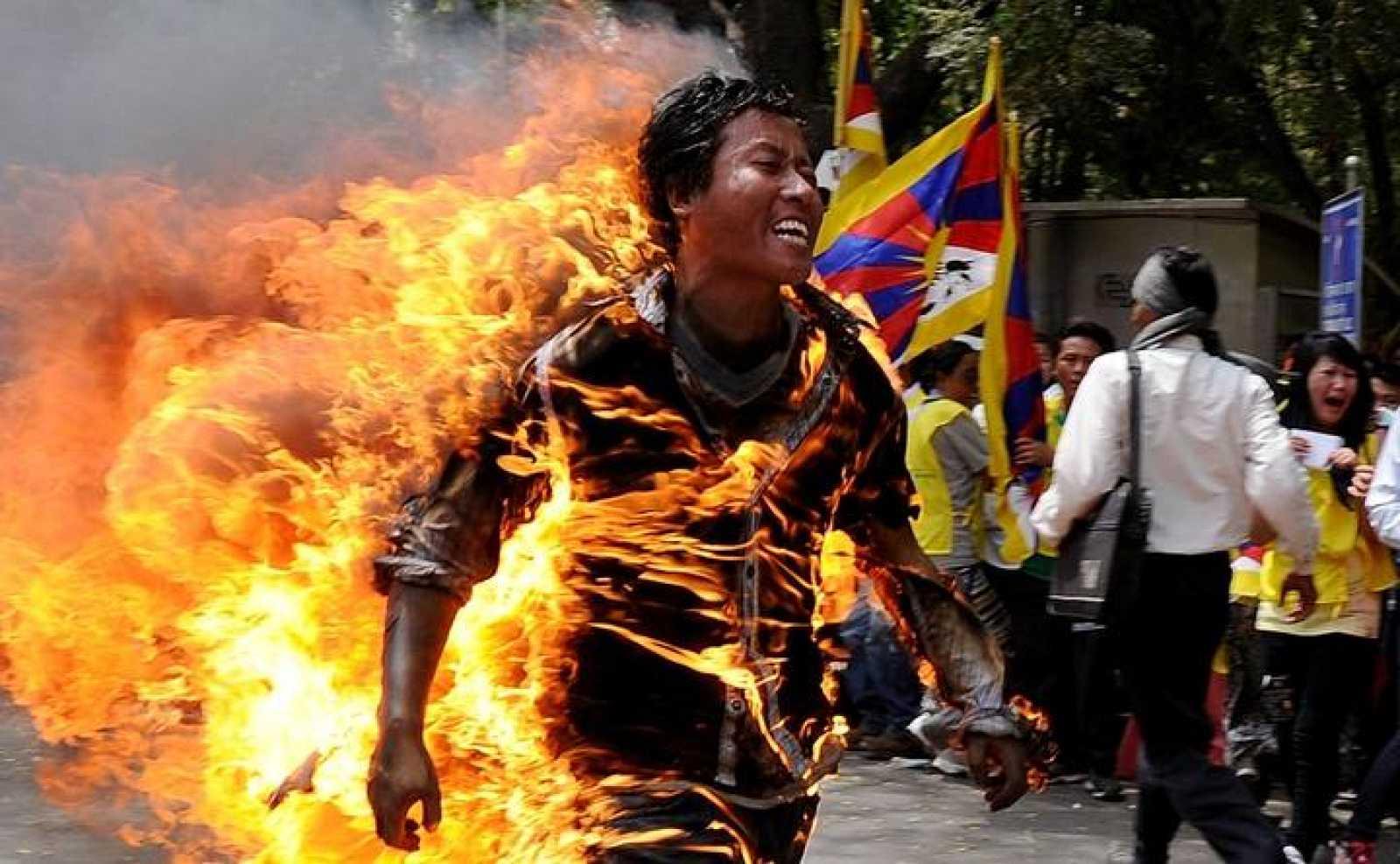 El exiliado tibetano Janphel Yeshi, de 27 años, envuelto en llamas tras prenderse fuego en Nueva Delhi