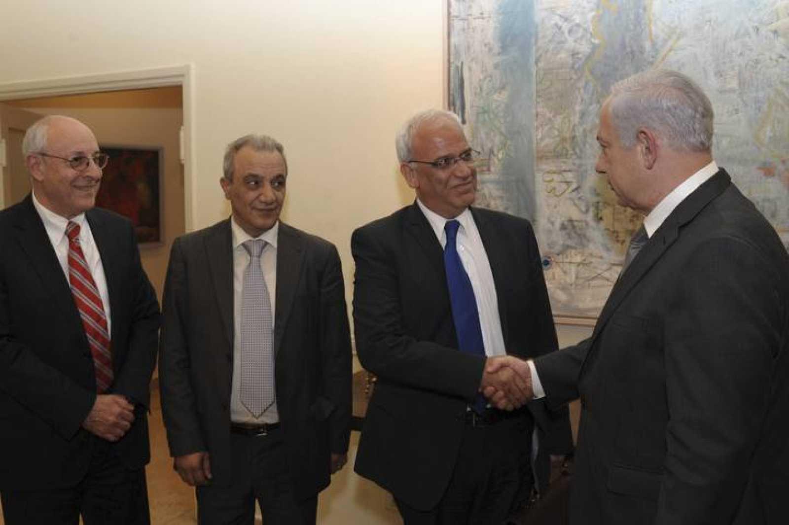 El primer ministro israelí, Benjamín Netanyahu, recibe al jefe negociador palestino, Saeb Erekat, y al resto de la delegación de la ANP