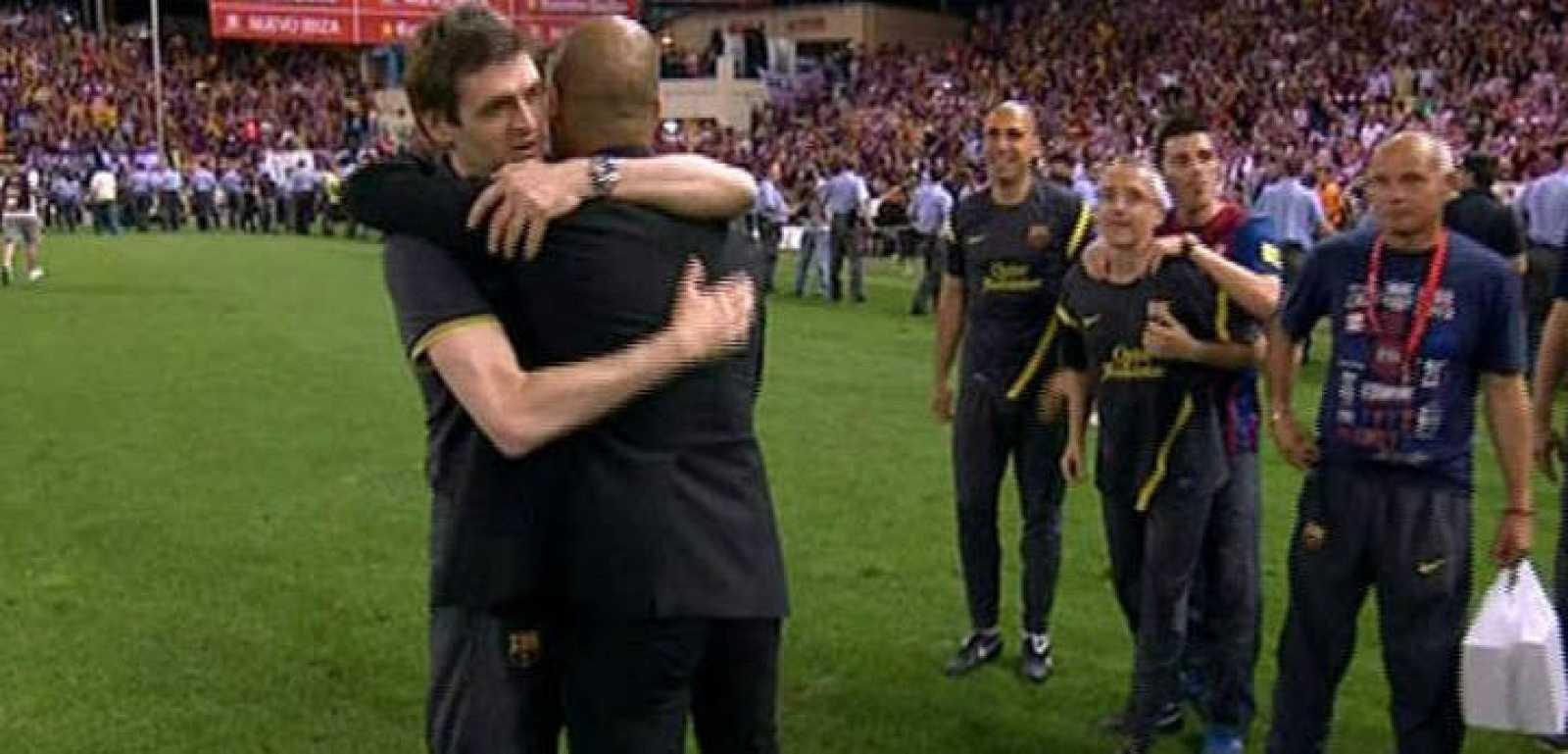 Pep Guardiola se fundió en un abrazo con el que será su sucesor en el Barça, Tito Vilanova.