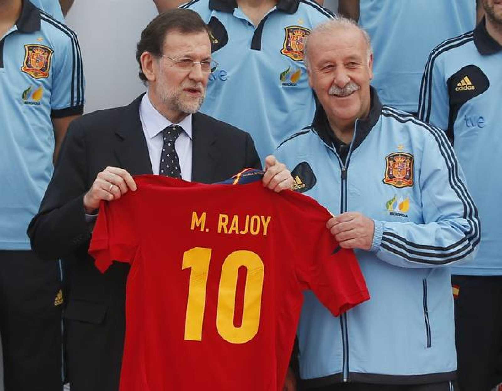 Rajoy posa junto al seleccionador, Vicente del Bosque.
