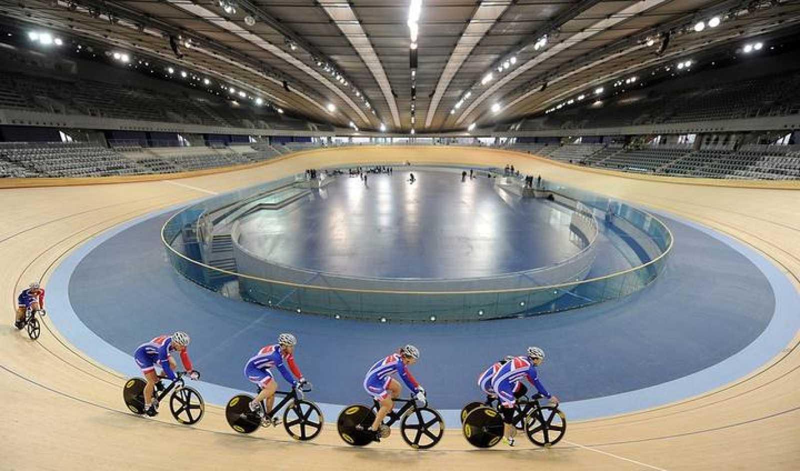 En el velódromo olímpico, unos ciclistas comprueban las instalaciones y su equipamiento. El ciclismo es uno de los deportes en los que la tecnología resulta clave: se aprovecha del análisis aerodinámico y de todo tipo de mejoras técnicas para rebajar