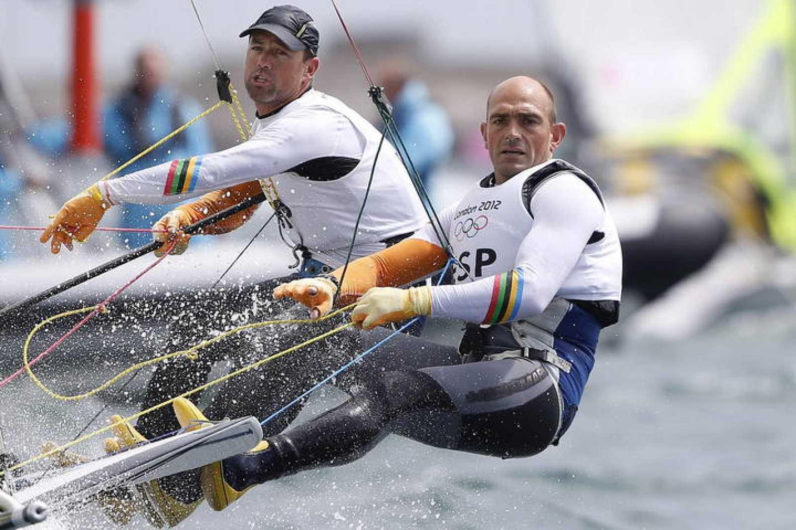Los españoles Iker Martinez (i) y Xabi Fernandez, disputan la prueba de 49er en la competición olímpica de vela que tiene en la localidad de Weymouth.