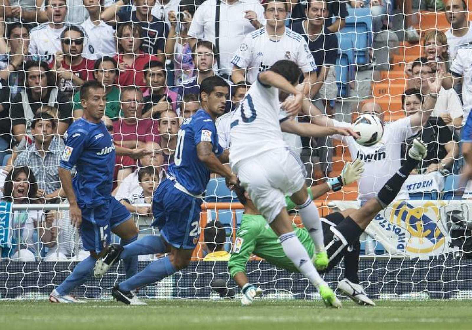 Gonzalo Higuaín remata para anotar el gol del Madrid frente al Valencia