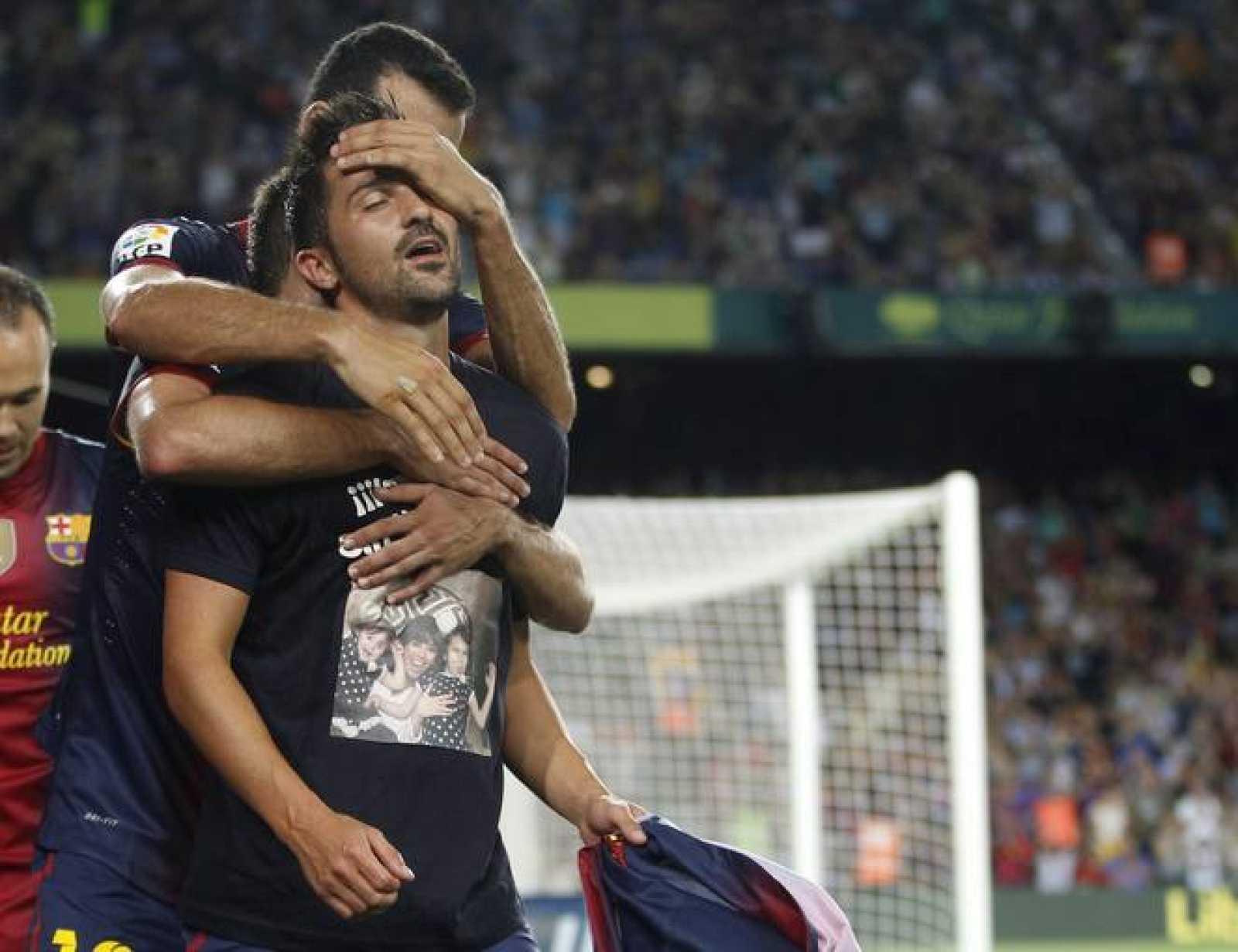 David Villa celebra con sus compañeros su gol ante la Real Sociedad.