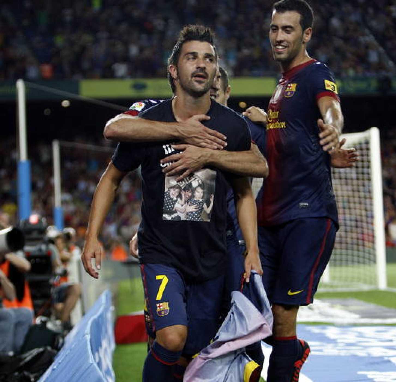 El delantero del F. C. Barcelona, David Villa, celebra su gol a la Real Sociedad