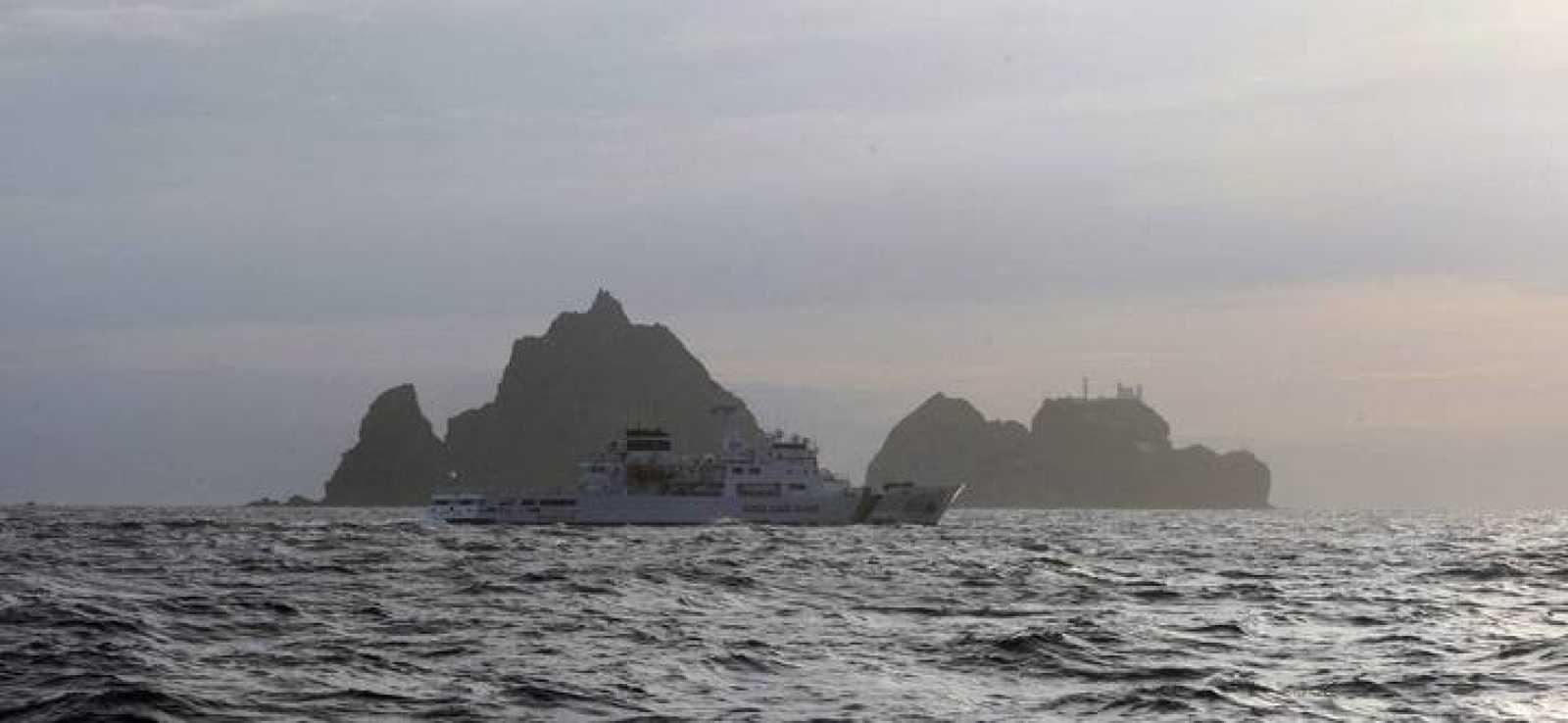 Un guardacostas coreano patrulla las aguas de las islas Dokdo, disputadas con Japón