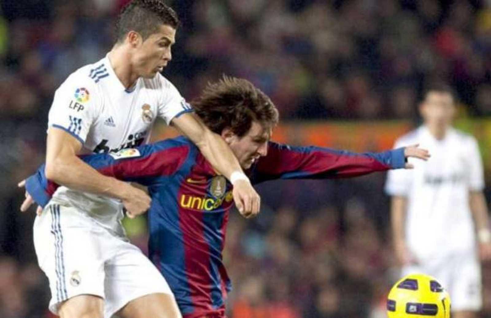 Cristiano Ronaldo y Lionel Messi durante el encuentro de la Supercopa de España 2011.
