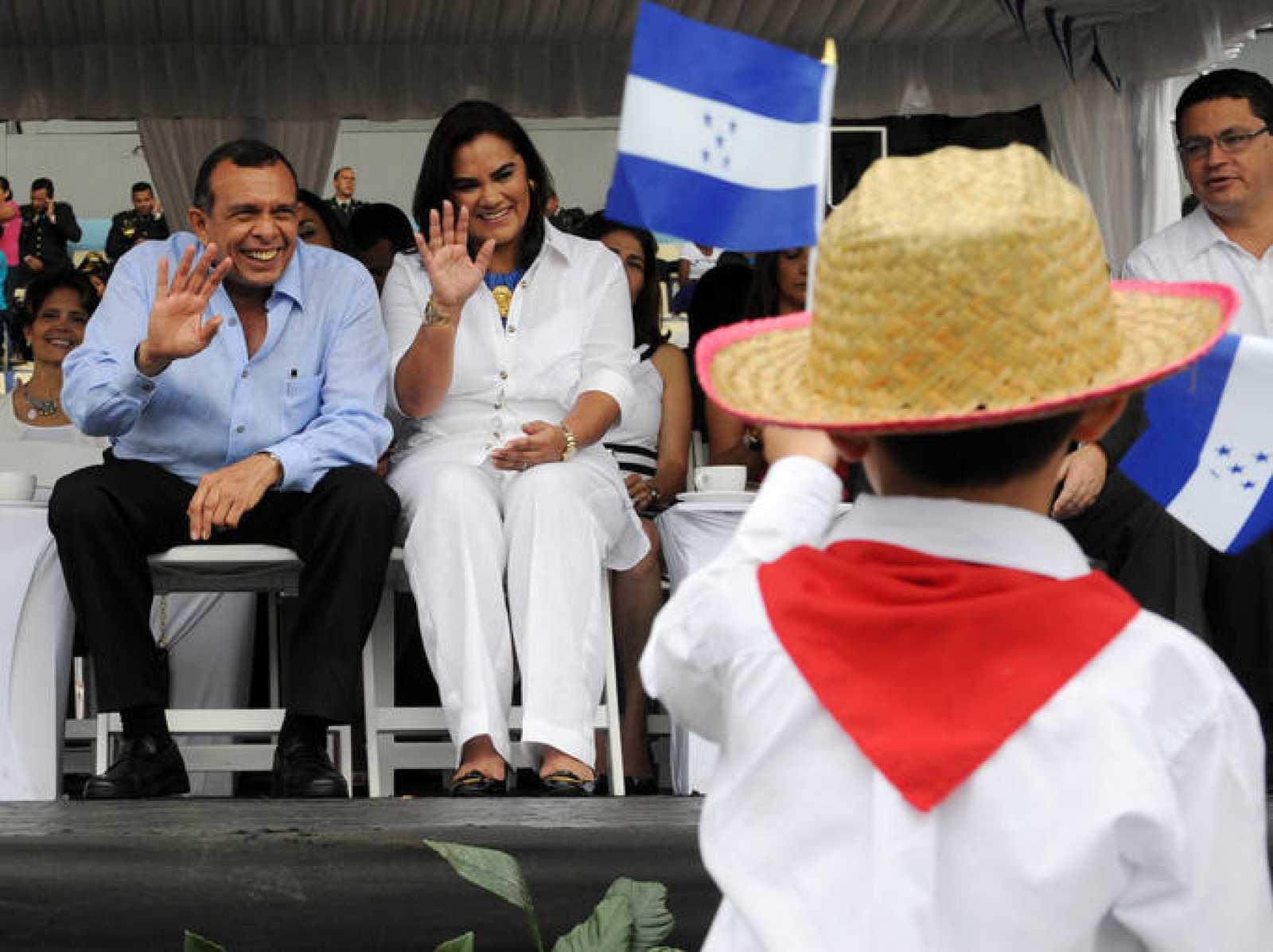 El presidente hondureño, Porfirio Lobo, y su esposa, Rosa, durante el desfile del Día de la Independencia, el 15 de septiembre