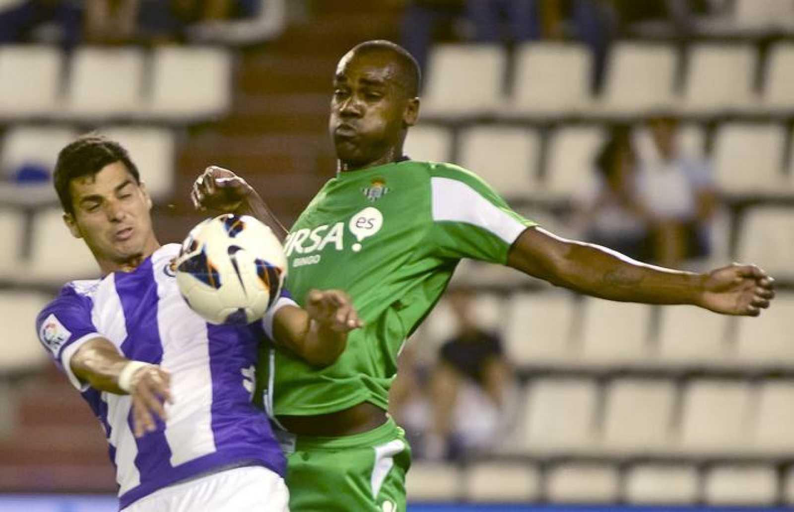 Paulao (d)  del Betis y Javi Guerra del Valladolid disputan un balón con las gradas vacías de fondo