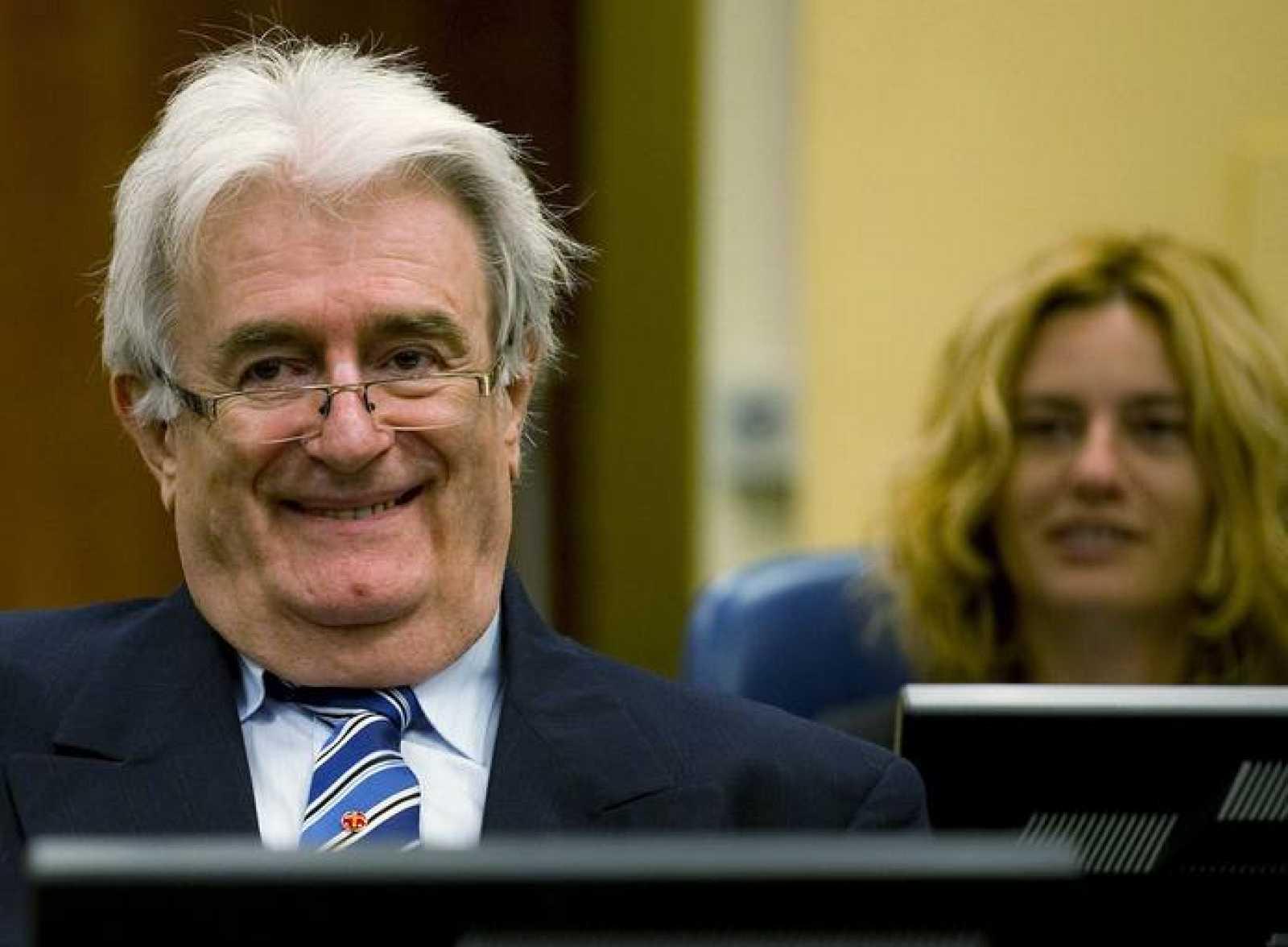 Karadzic sonríe ante el Tribunal sobre Crímenes de la ANtigua Yugoslavia en el comienzo de su defensa.