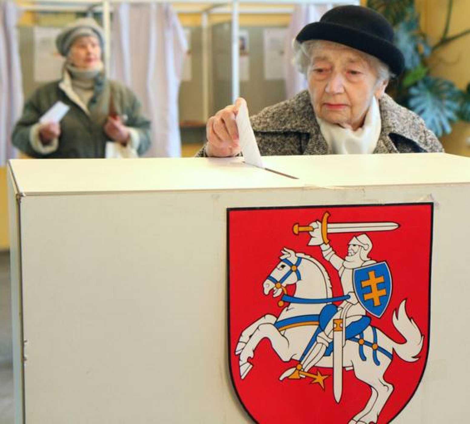 Una mujer vota en Vilna, Lituania, en las elecciones legislativas del 28 de octubre