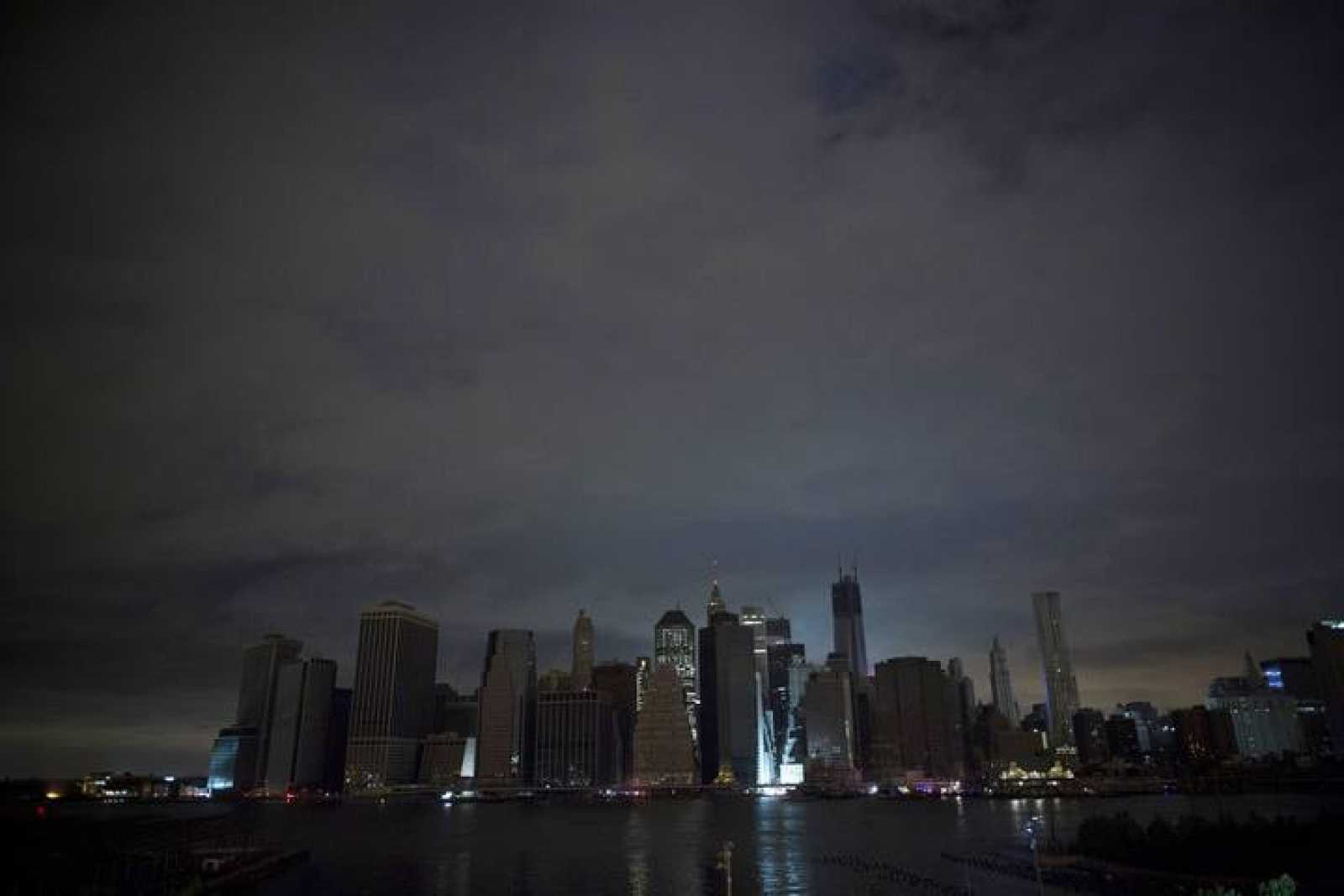 Manhattan a media luz en la noche del martes sufre los cortes de energía provocados por el huracán 'Sandy'