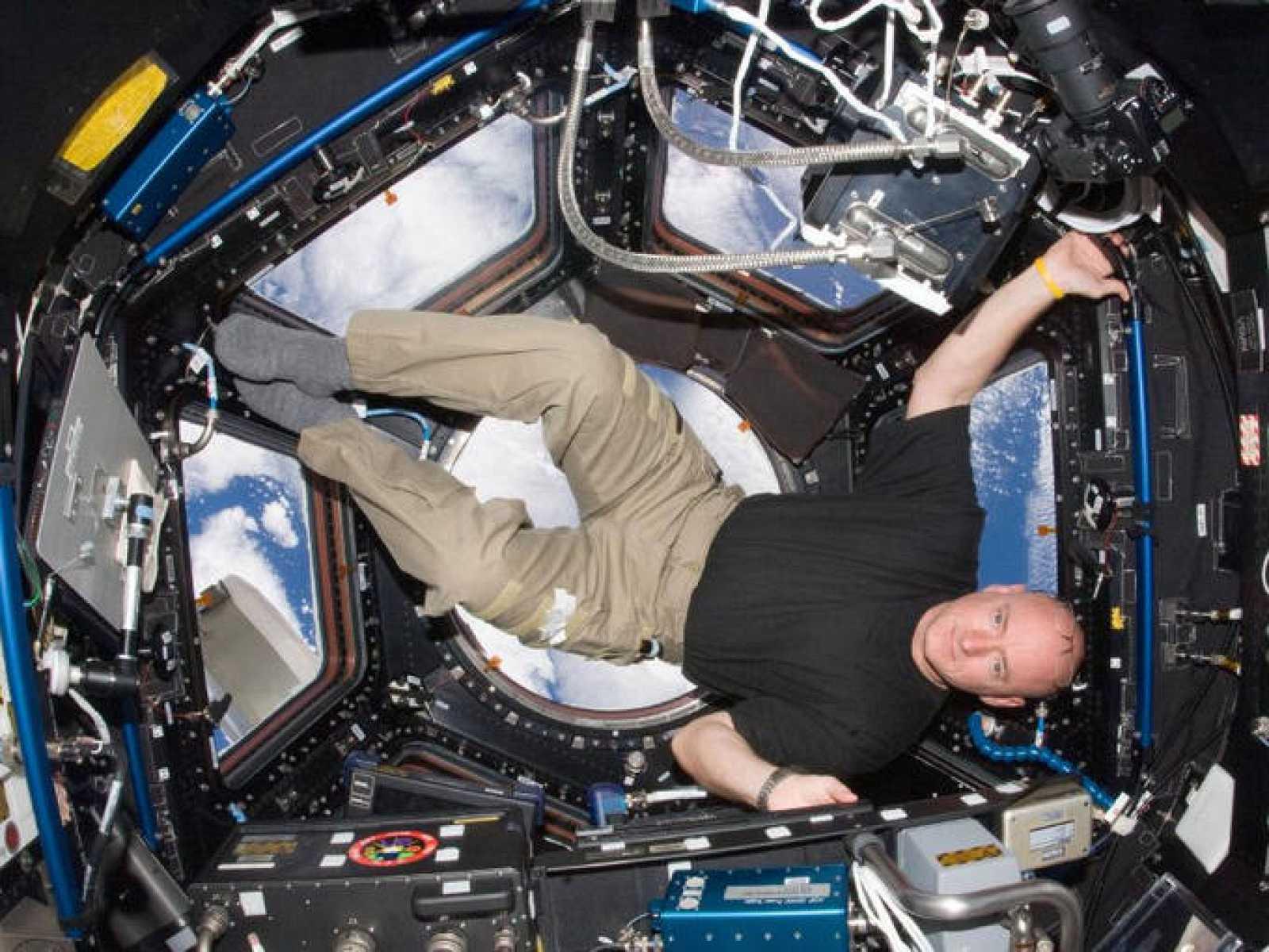 Scott Kelly a bordo de la Estación en octubre de 2010