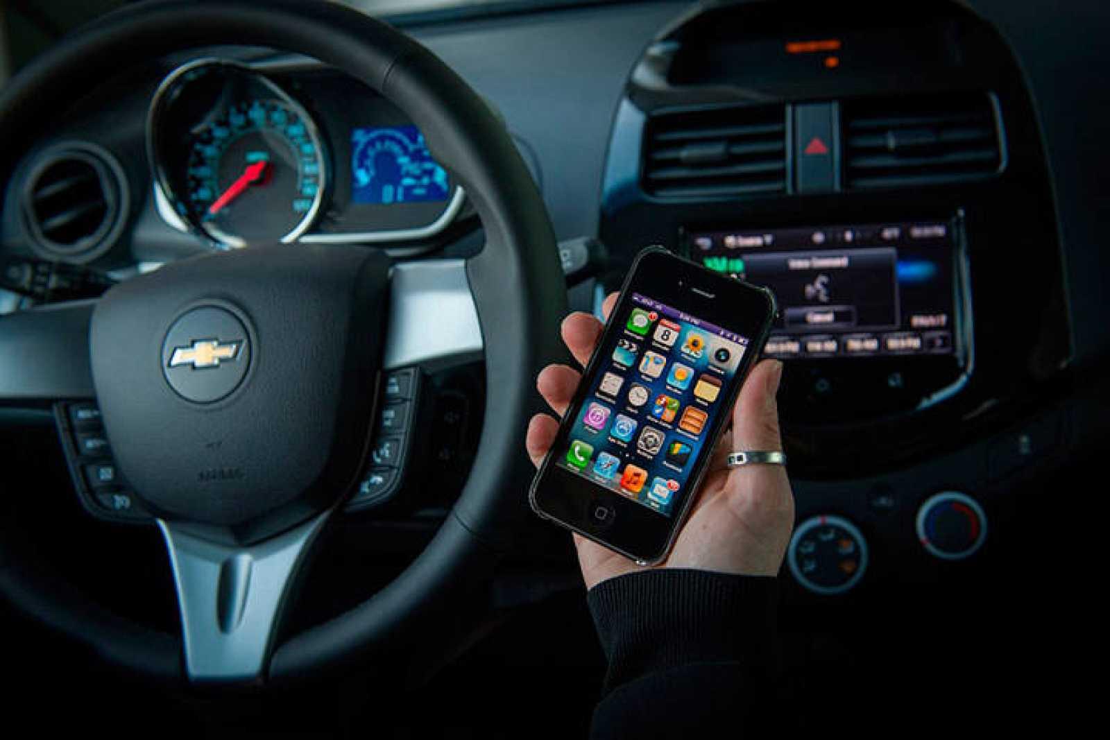 Consultar los mensajes mientras se conduce multiplica por más de 20 la posibilidad de sufrir un accidente mientras se conduce. Foto (C) Chevrolet
