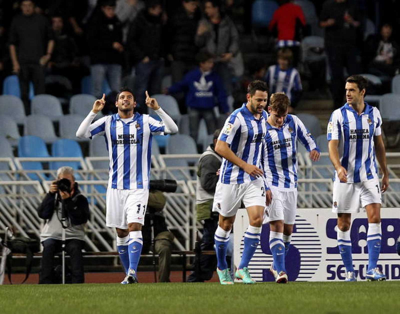 El mexicano de la Real Sociedad, Carlos Vela (i), celebra su gol, el primero de su equipo.