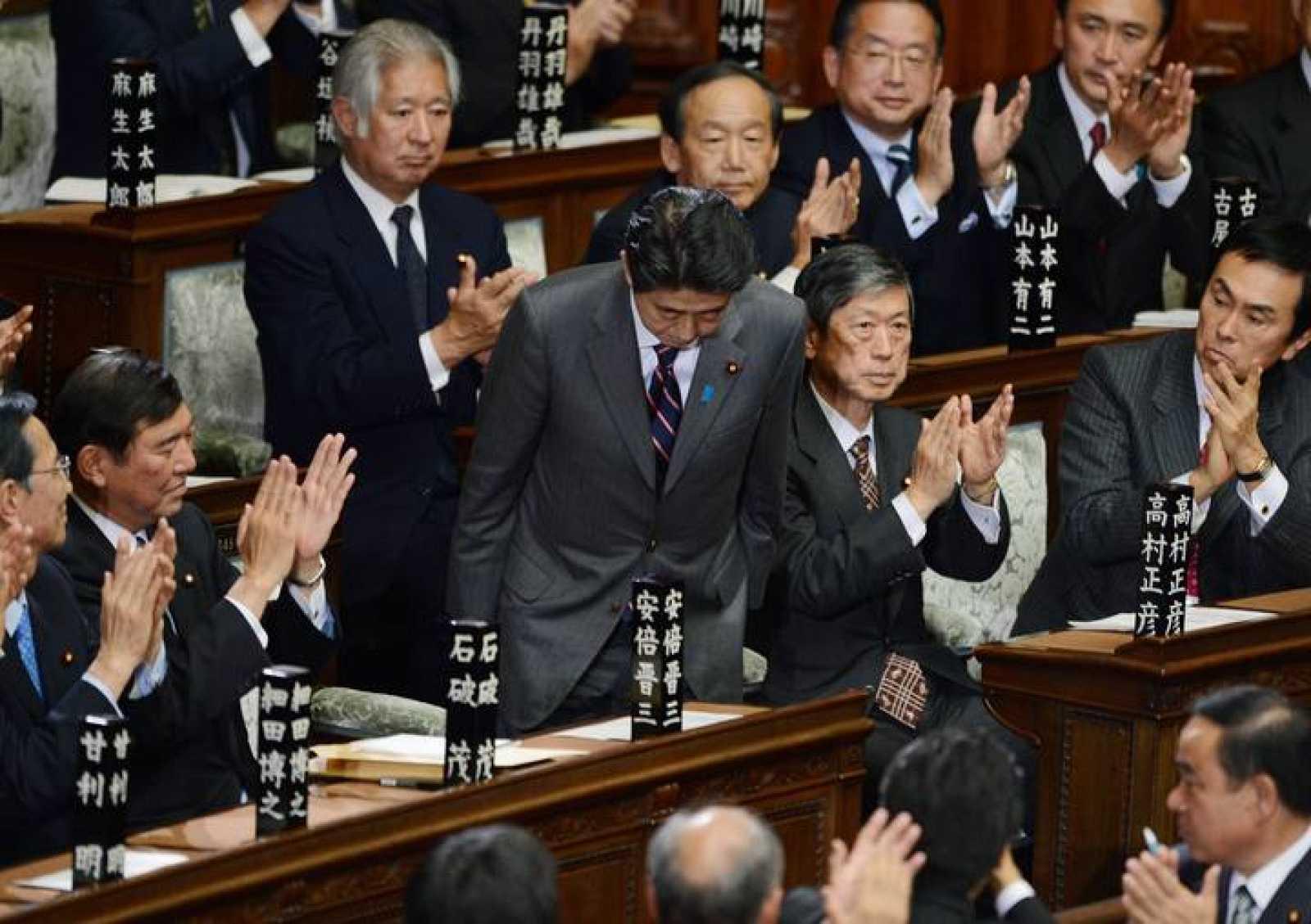 Shinzo Abe, en el centro, es aplaudido por el Congreso tras ser elegido primer ministro de Japón
