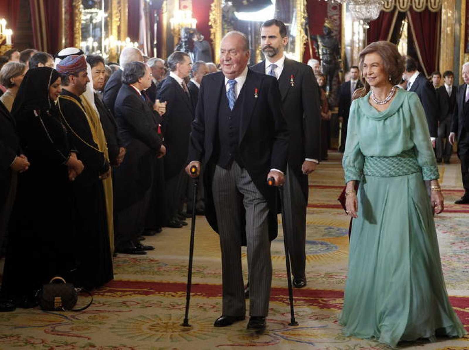 El rey Juan Carlos, junto al príncipe Felipe y la reina