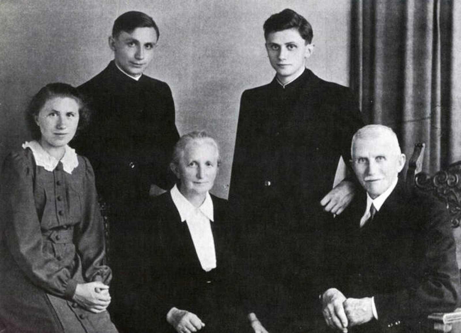 Fotografía tomada en 1951 de la familia Ratzinger