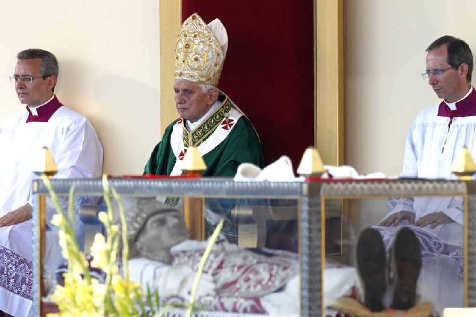 Benedicto XVI ante la tumba de Celestino V en 2010, un año después del terremoto de L'Aquila.