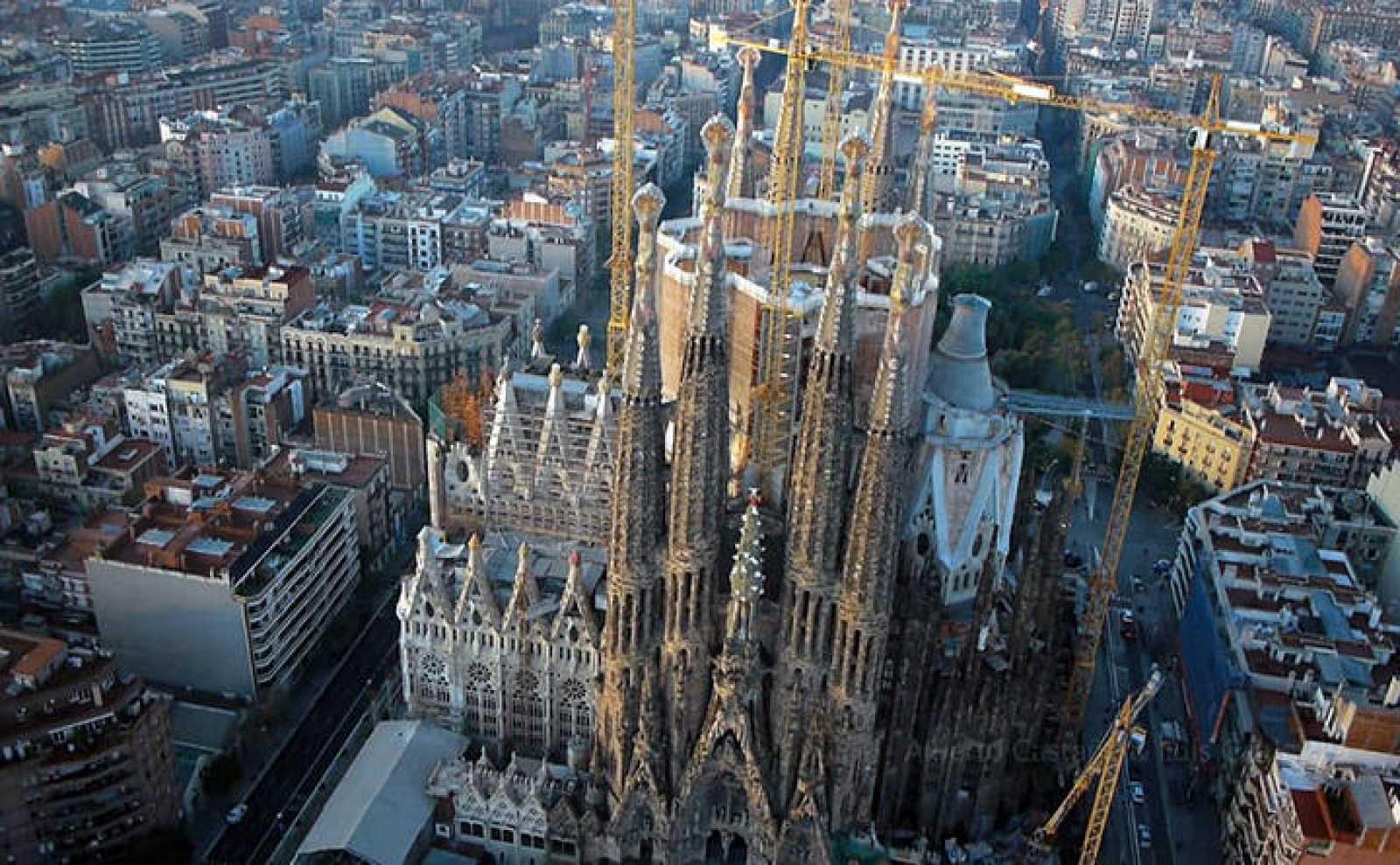 La Sagrada Familia en uno de los momentos captados por el octocóptero en vídeo.