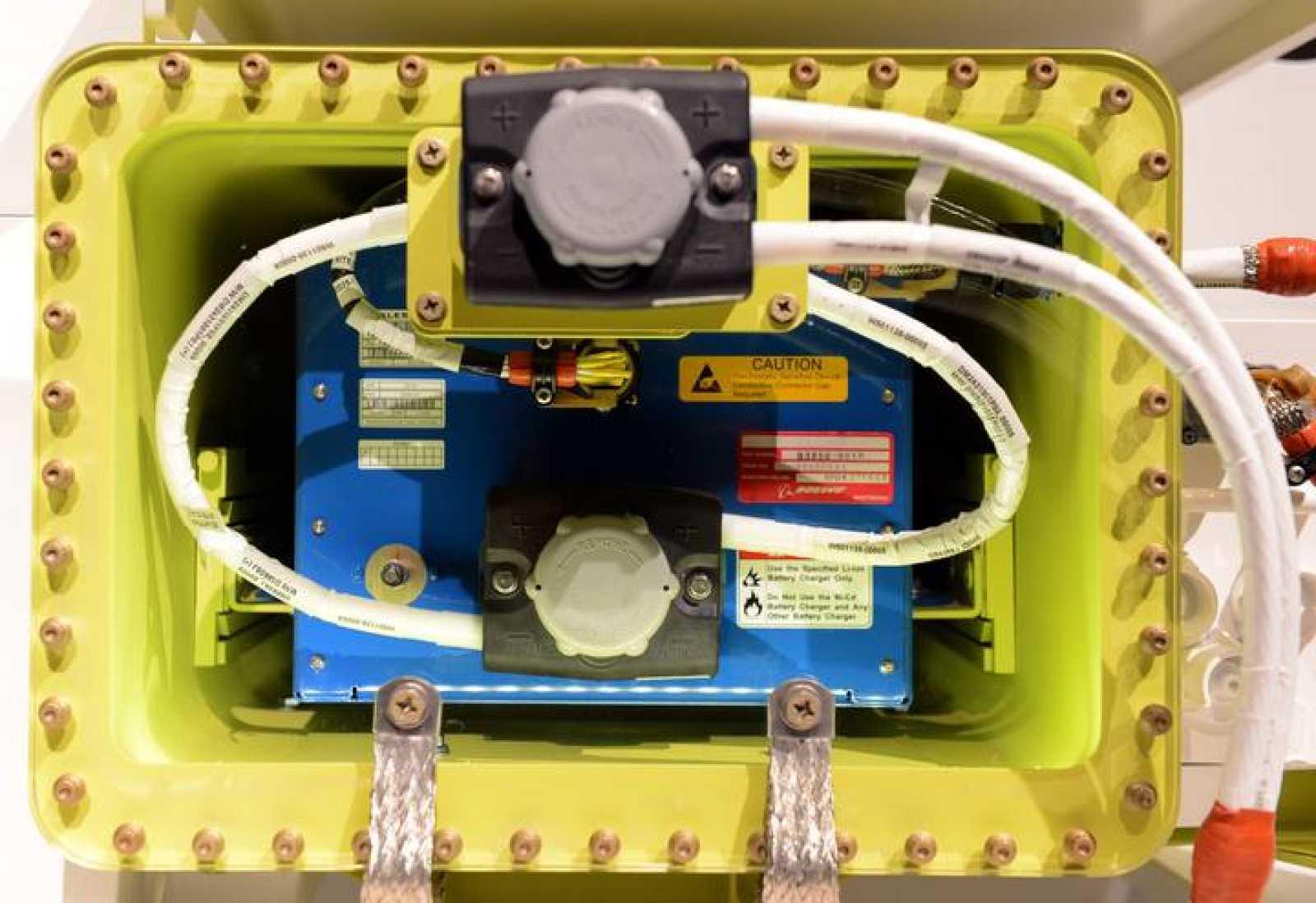 """Boeing mostró una batería """"mejorada"""" de una batería del 787 el pasado 15 de marzo en Tokio."""
