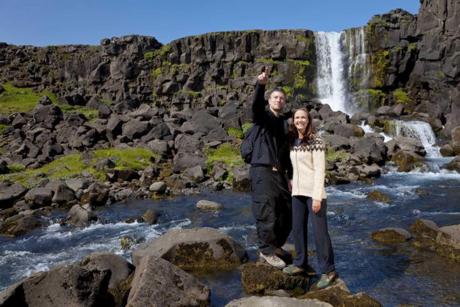 Una pareja junto a una cascada en Islandia