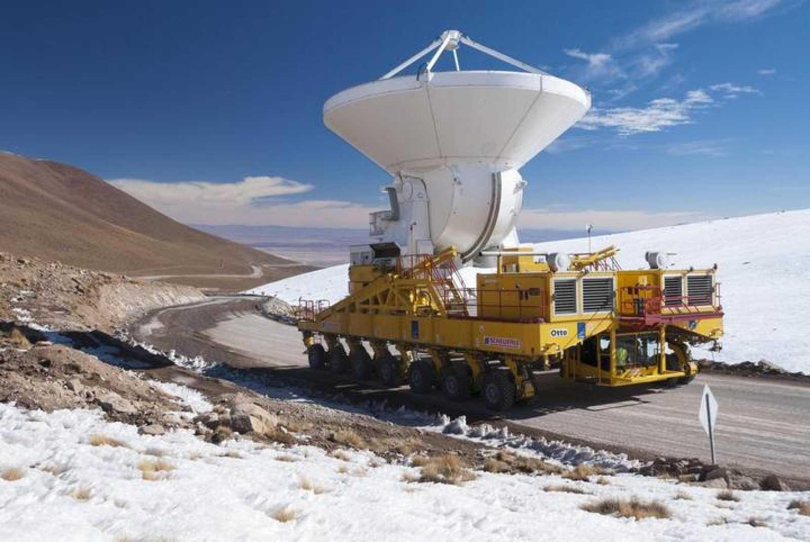 La antena número 16 de ALMA a su llegada a la meseta de Chajnantor.