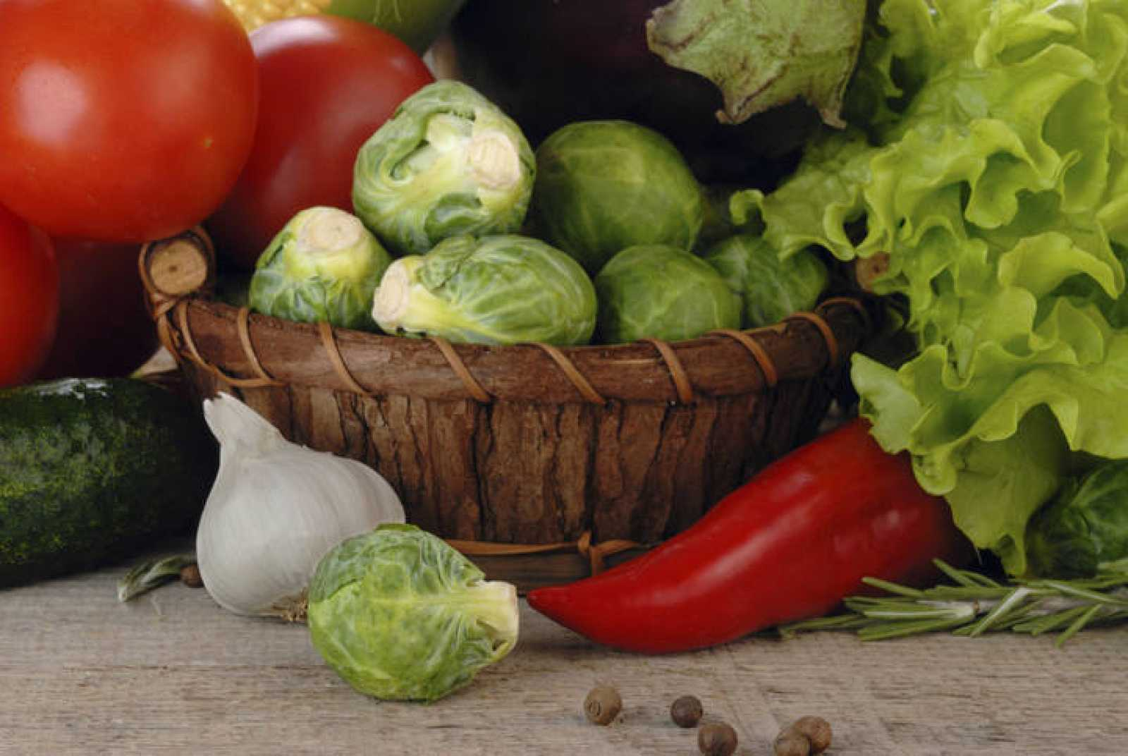 Cesta de vegetales frescos