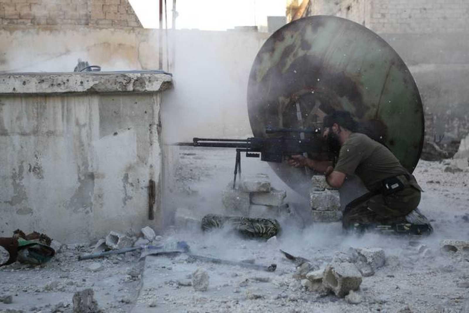 Un miembro del Ejército Libre Sirio dispara en Alepo, el 3 de junio
