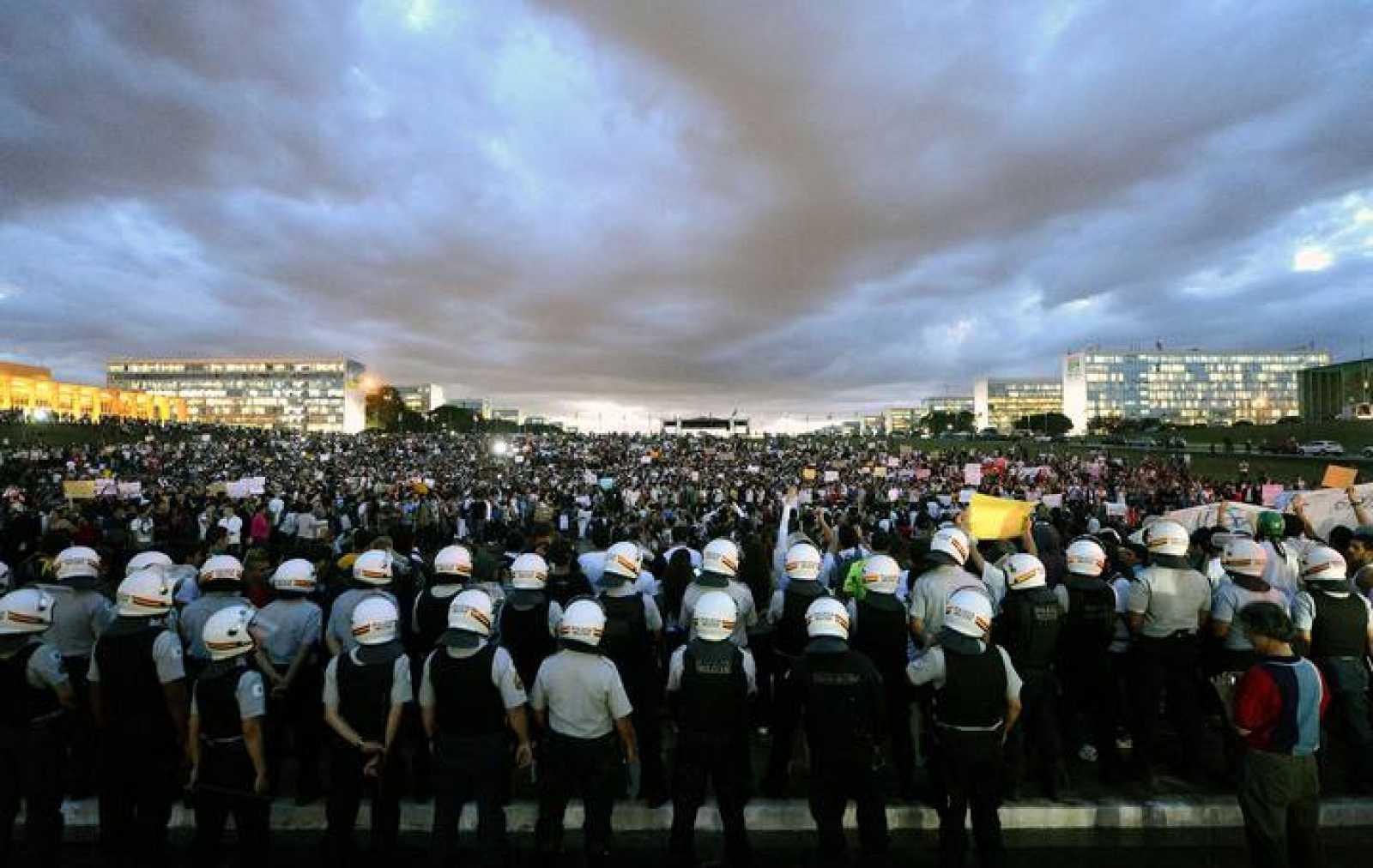 Miles de estudiantes se manifiestan ante el Congreso Nacional este lunes en Brasilia