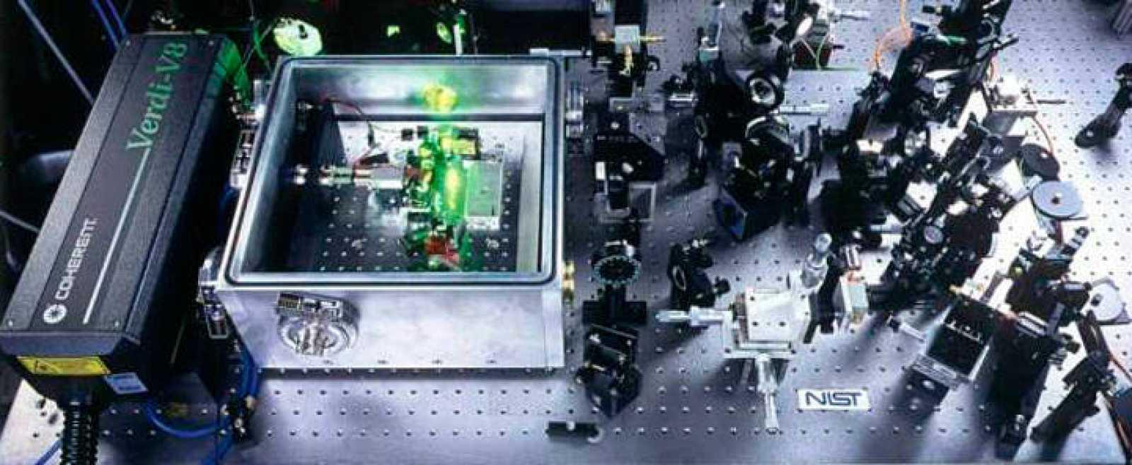 Interior del reloj atómico