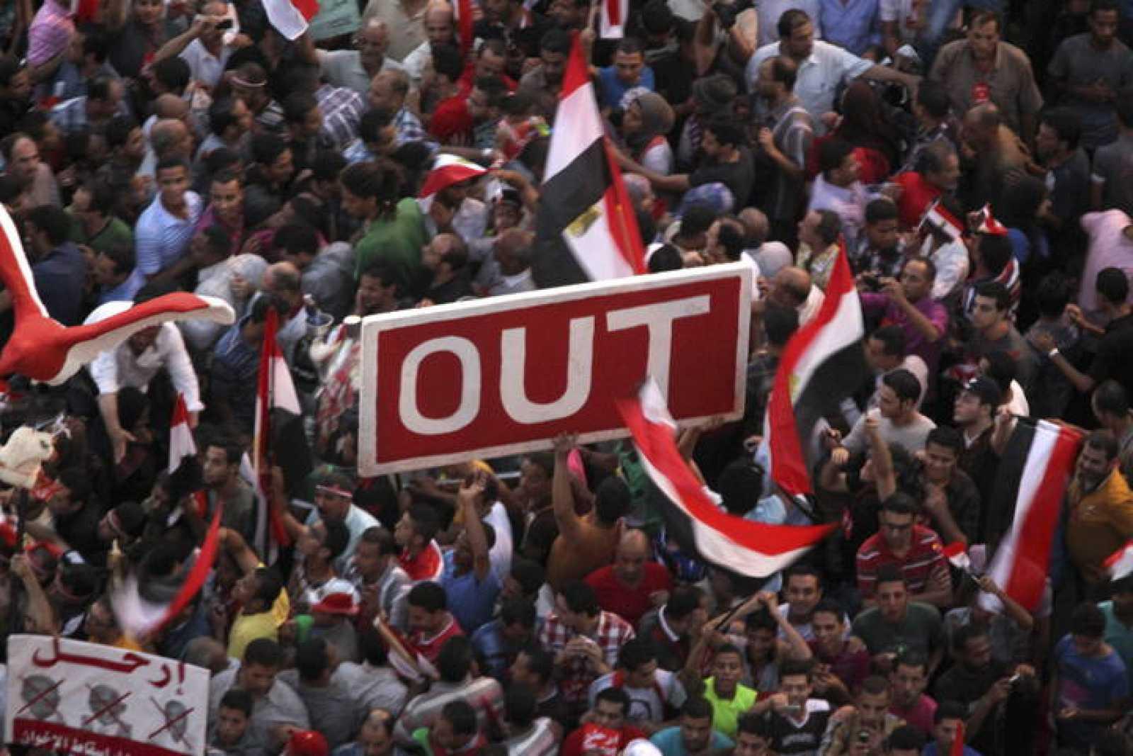 CIENTOS DE OPOSITORES DE MURSI SE MANIFIESTAN EN LA PLAZA TAHRIR