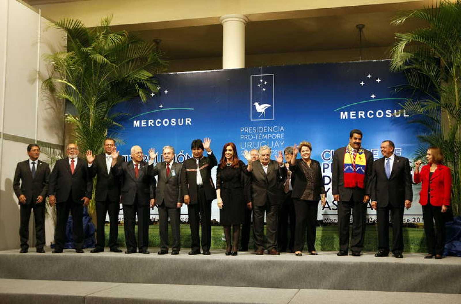 Los presidentes y representantes de los países del Cono Sur posan hoy, viernes 12 de julio de 2013, al inicio de la Cumbre del Mercosur en la sede del organismo en Montevideo (Uruguay)
