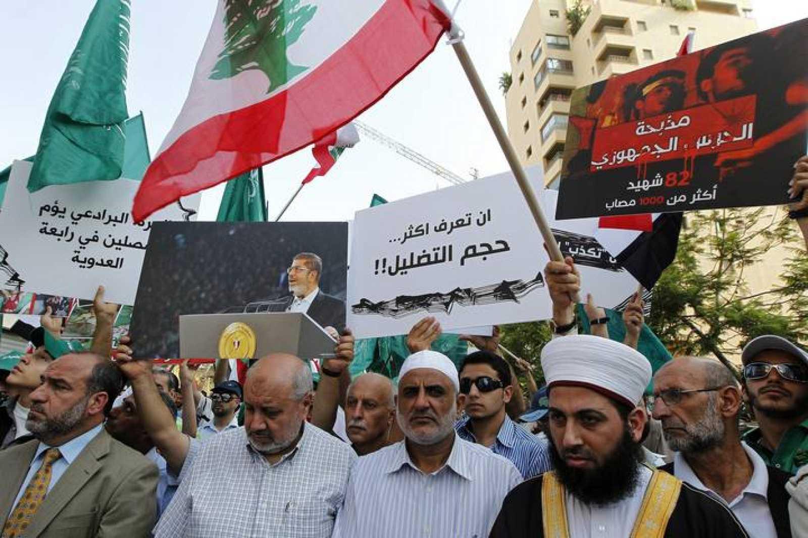 Miembros del Grupo islámico libanés (emparentados con lo egipcios Hermanos Musulmanes) durante una manifestación frente a la embajada egipcia en Beirut, Líbano, para mostrar su apoyo al depuesto presidente Mohamed Mursi.