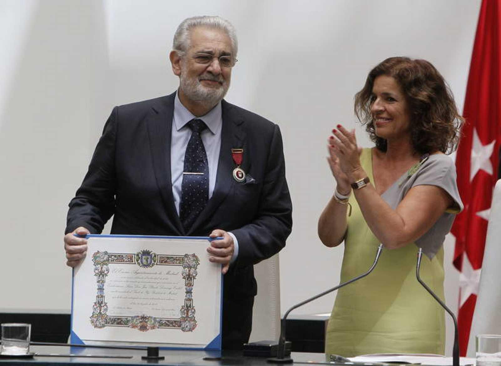 Ana Botella aplaude al tenor Plácido Domingo tras hacerle entrega este miércoles del título de Hijo Predilecto de Madrid,