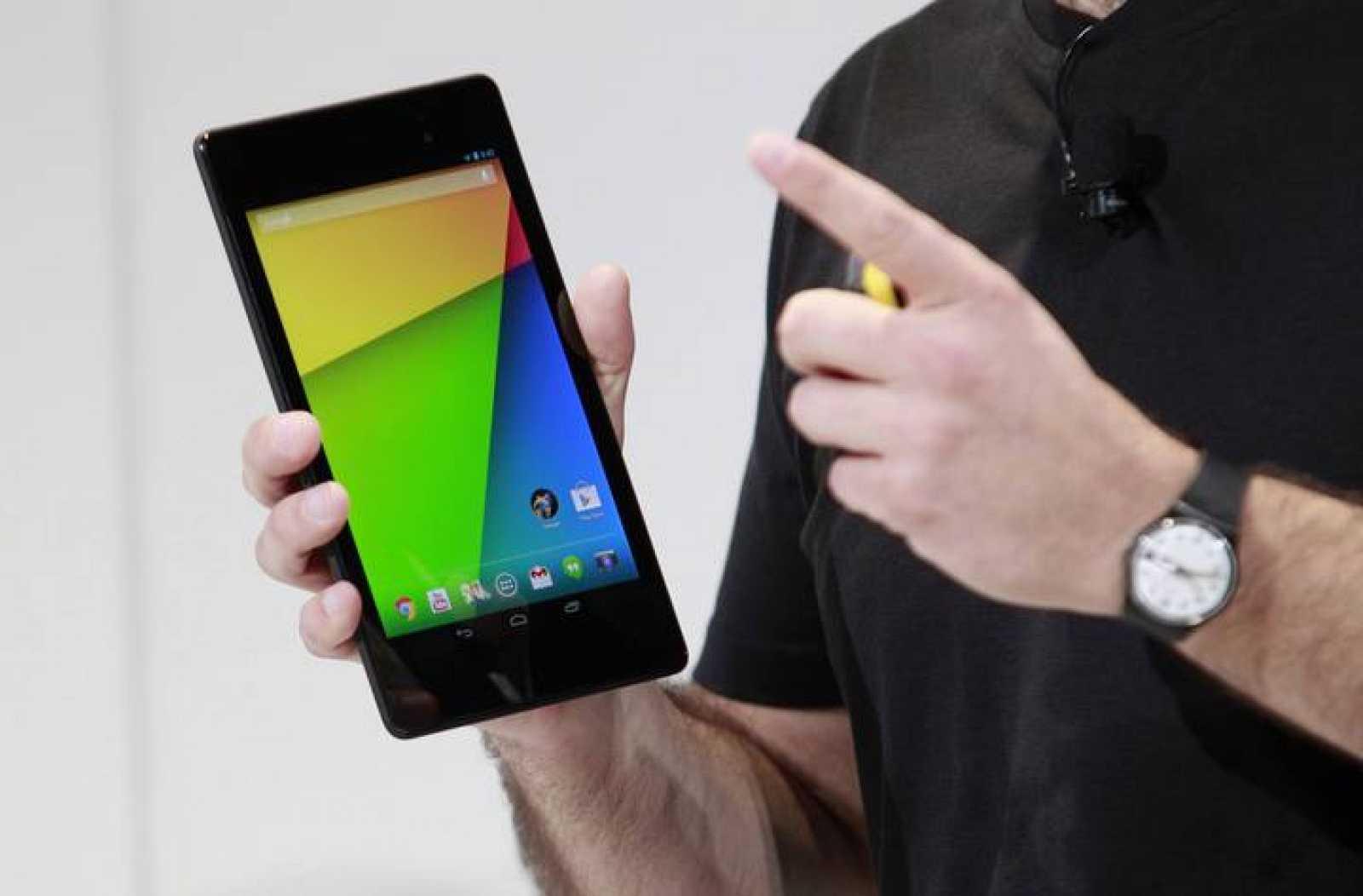 El director de producto de Android, Hugo Barra, muestra la nueva Nexus 7 de Google.