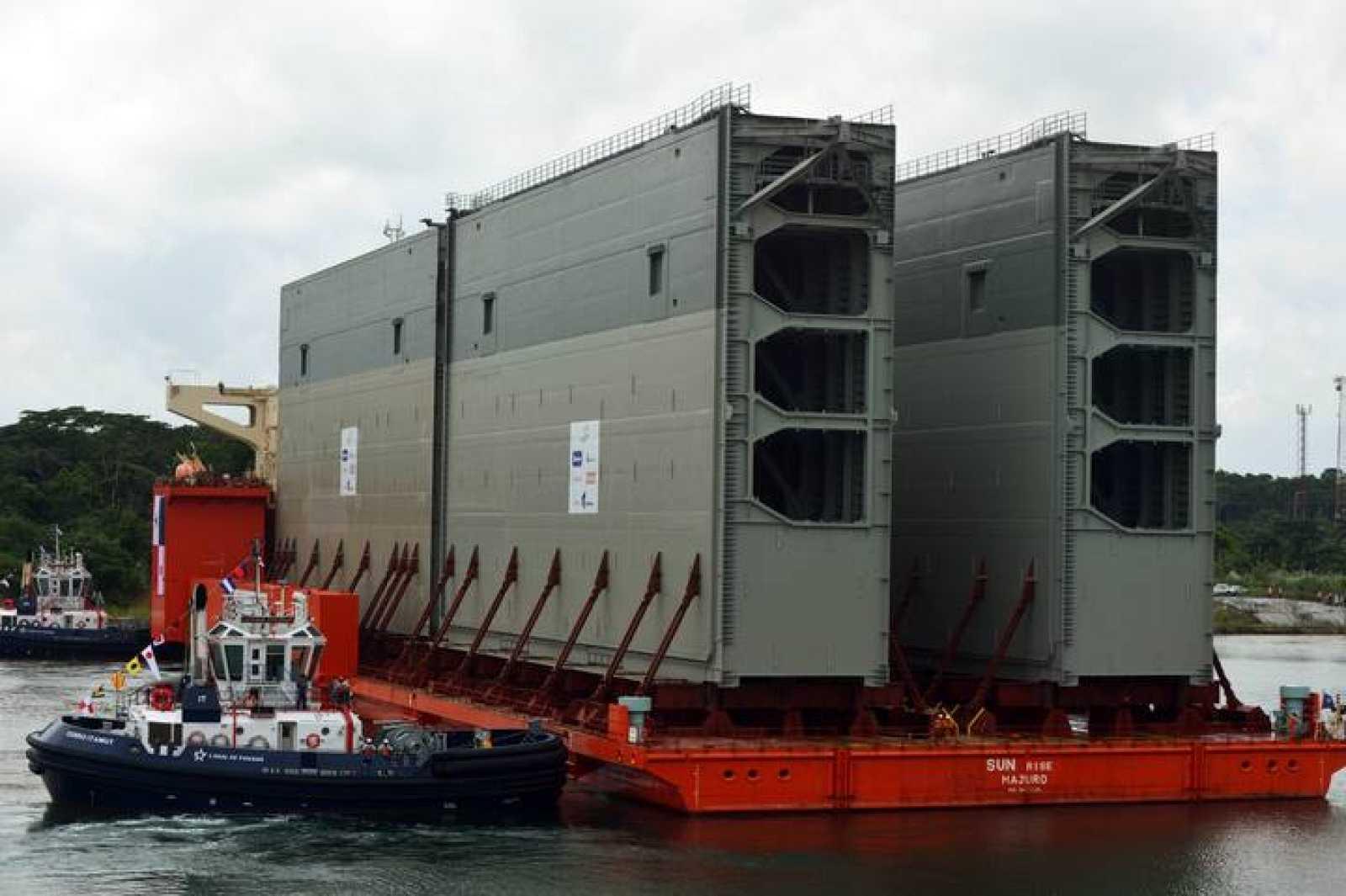 El barco que transporta las nuevas compuertas del Canal de Panamá llega el puerto de Colón, al oeste del país