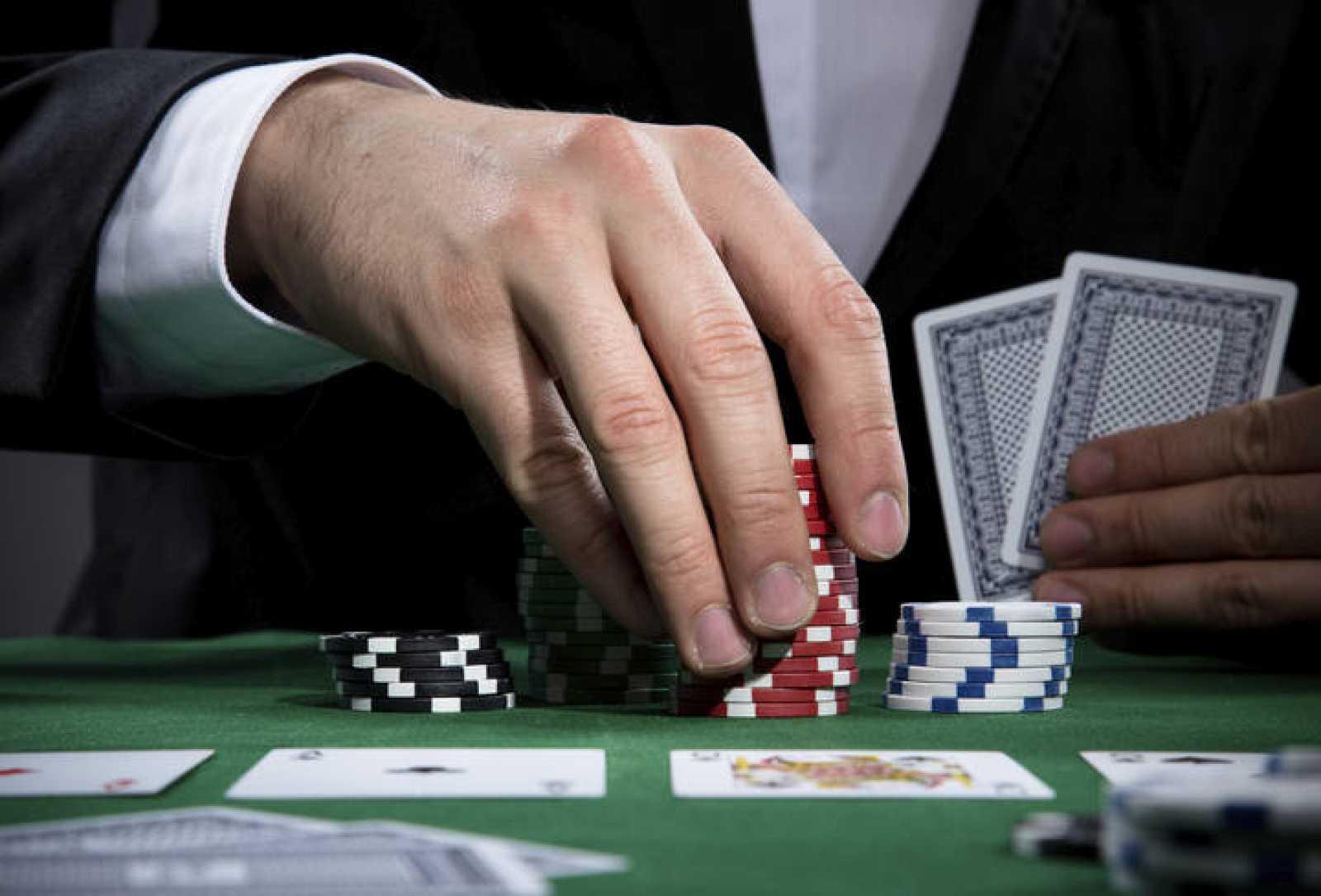 Un jugador de póker.