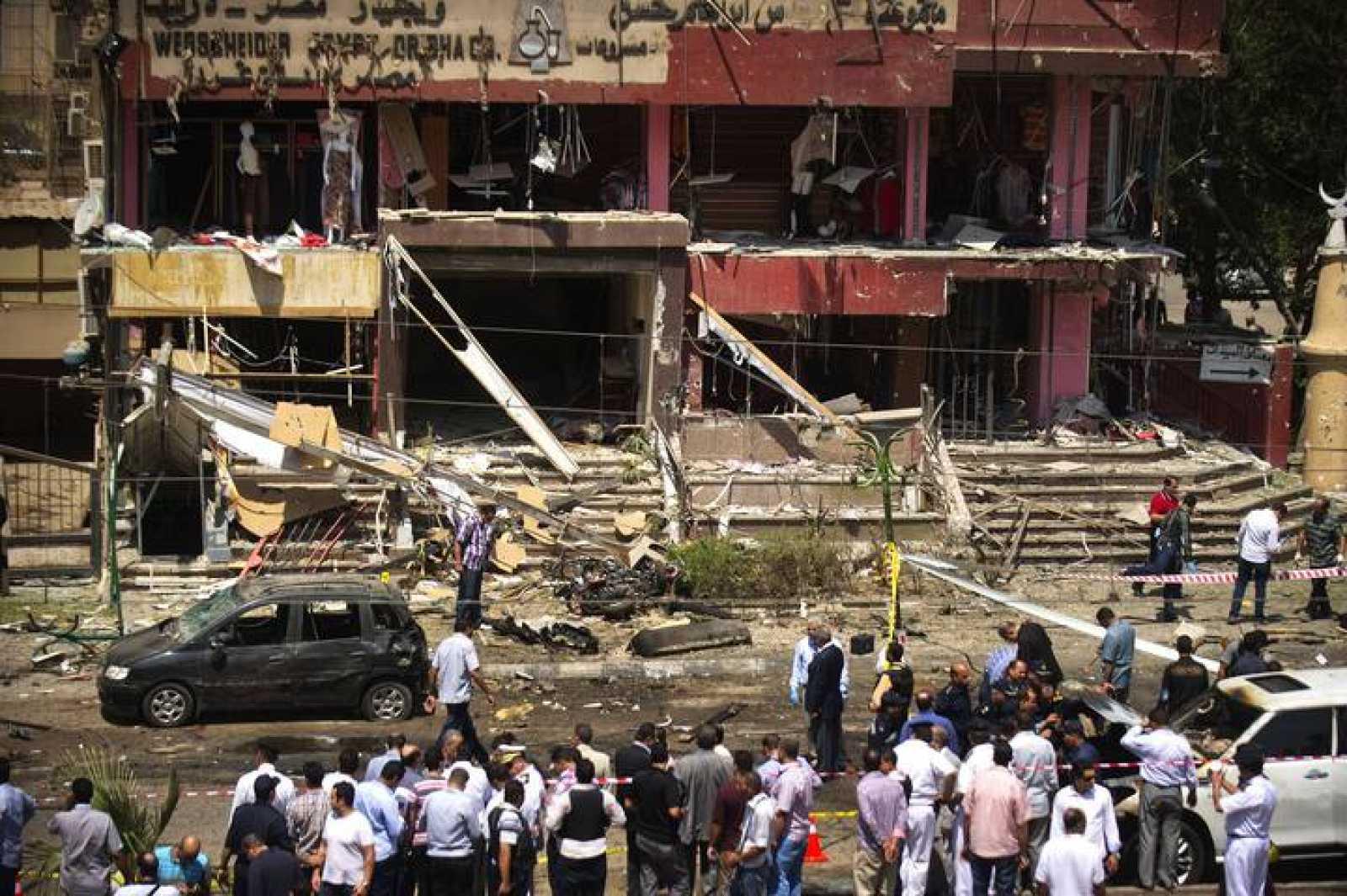 Lugar de la explosión de la bomba contra el ministro de Interior egipcio, Mohamed Ibrahim