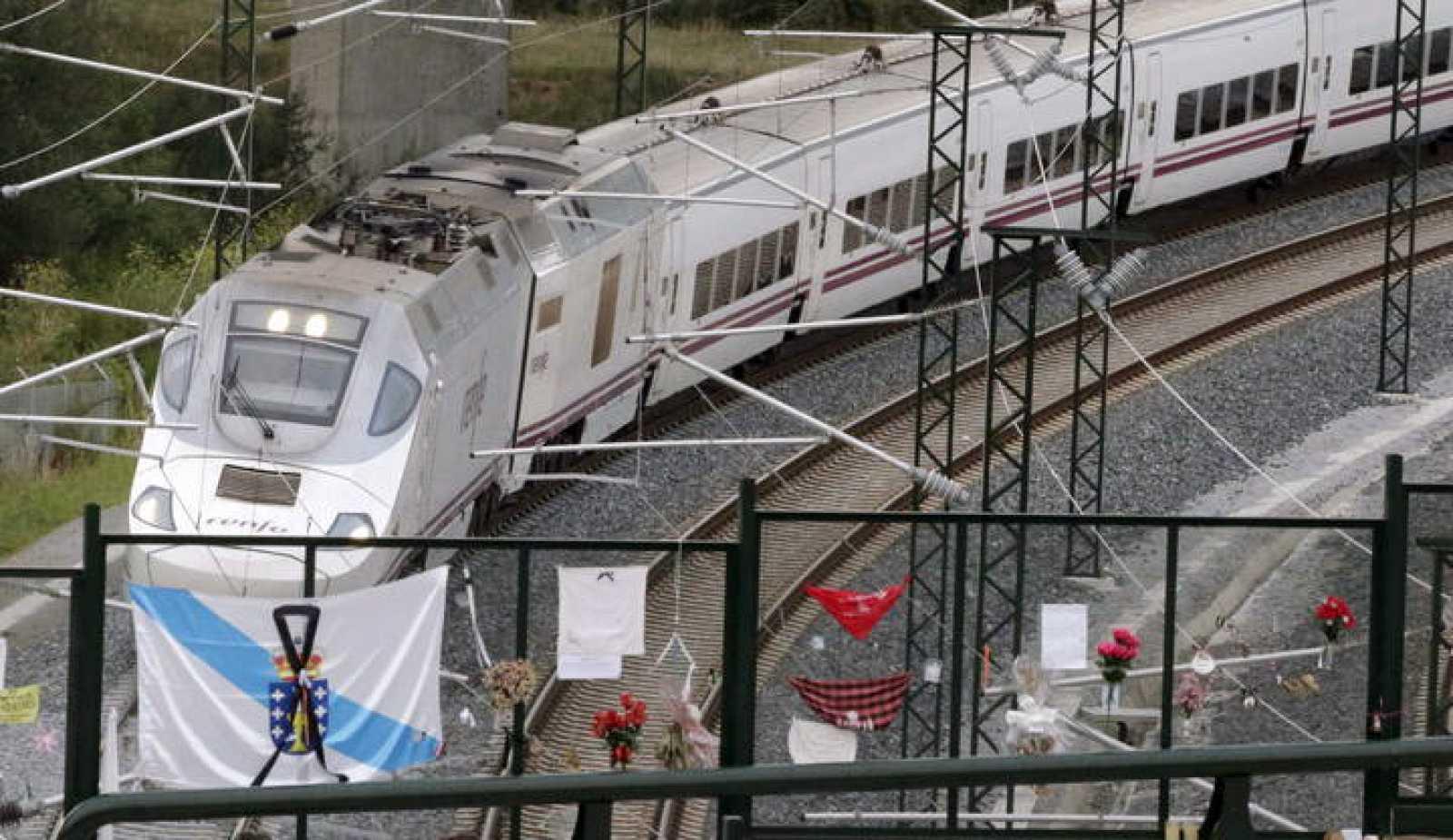 El tren Alvia que realiza el mismo recorrido que el accidentado el 24 de julio, a su paso por el punto del descarrilamiento un mes después.