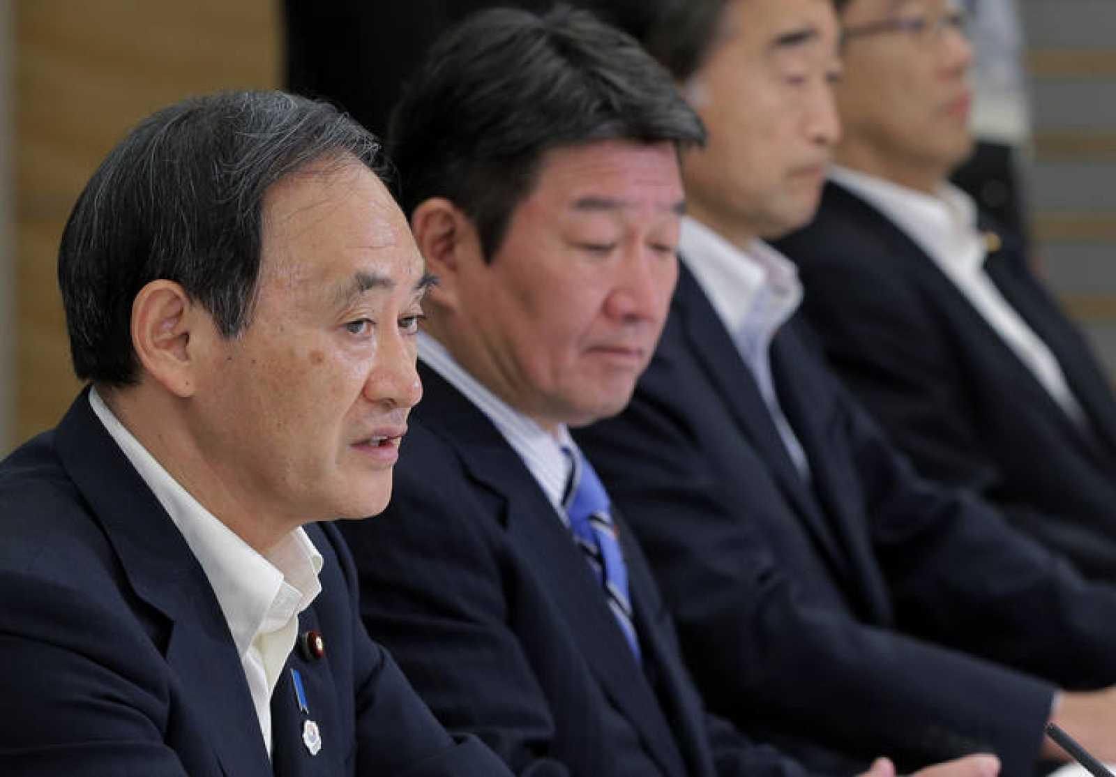 El secretario jefe del gabinete de japón, Yoshihide Suga de Japón, habla en la primera reunión de gabinete de los reactores nucleares de desmantelamiento y del control de la contaminación radiactiva de fugas de agua en la central de Fukushima.