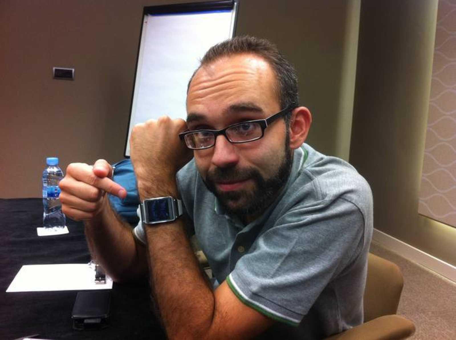 Manu Martínez probando el Galaxy Gear que saldrá a la venta la semana que viene.