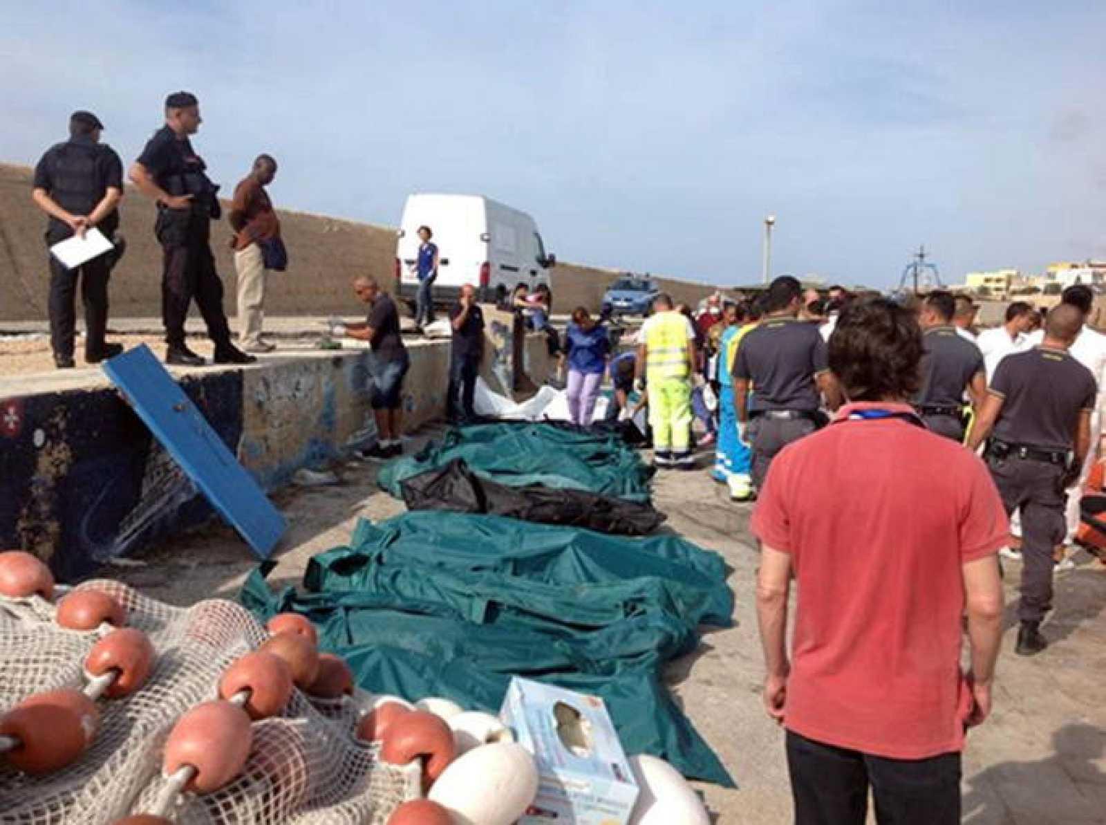 Guardacostas y pescadores se reúnen en el puerto de Lampedusa a donde han llegado decenas de cadáveres.