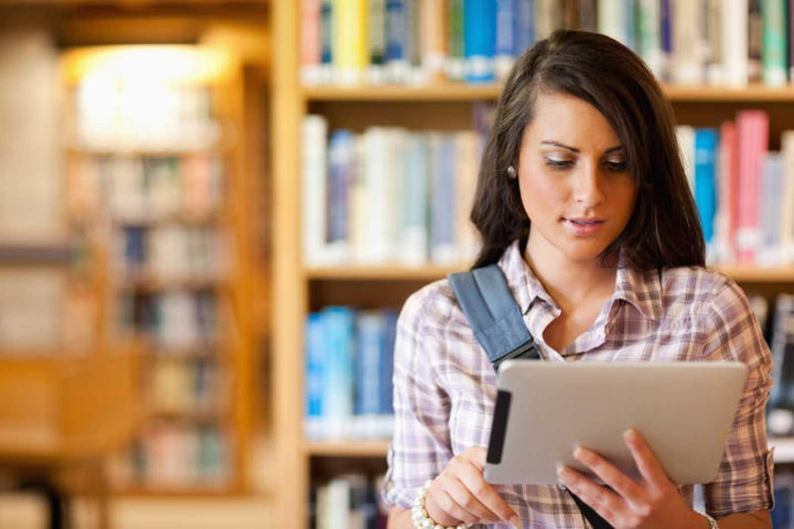 Estudiante usando una tableta.