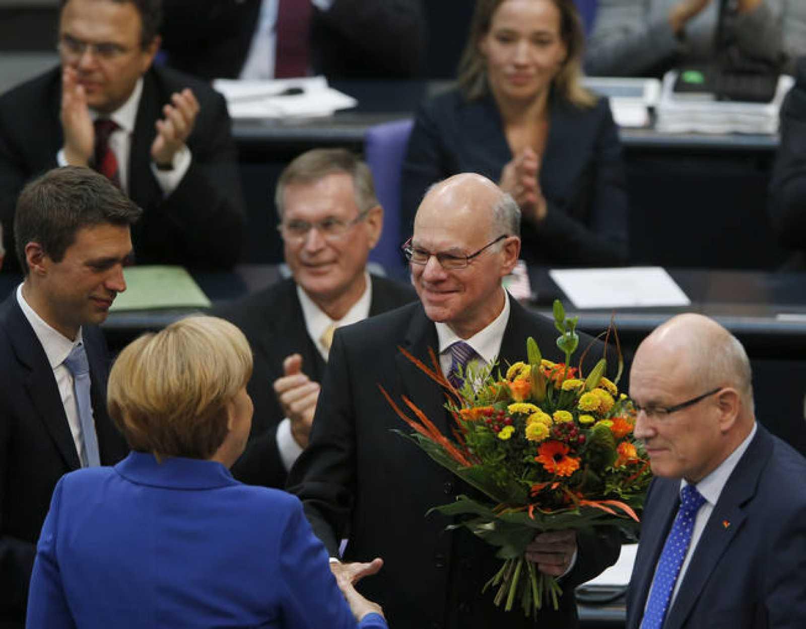 Angela Merkel felicita a Norbert Lammert, reelegido presidente del Parlamento alemán (Bundestag)