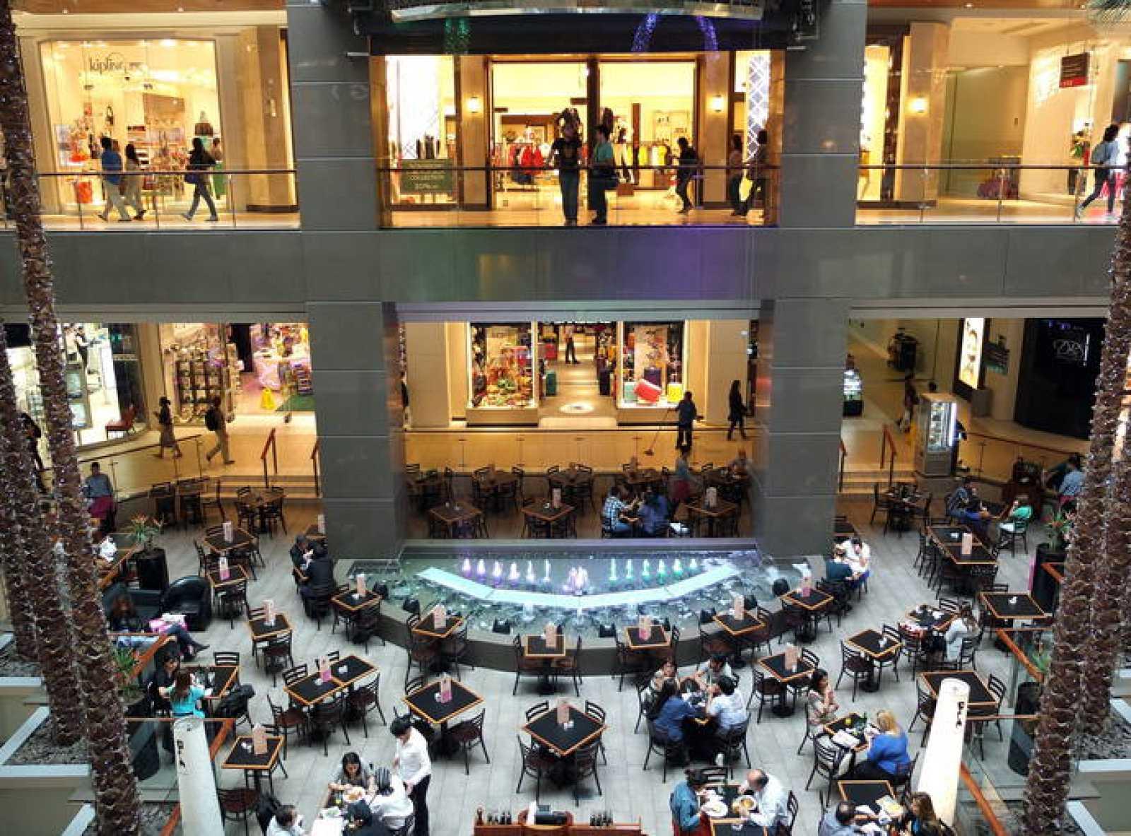 Un grupo de ciudadanos hace sus compras en un centro comercial.