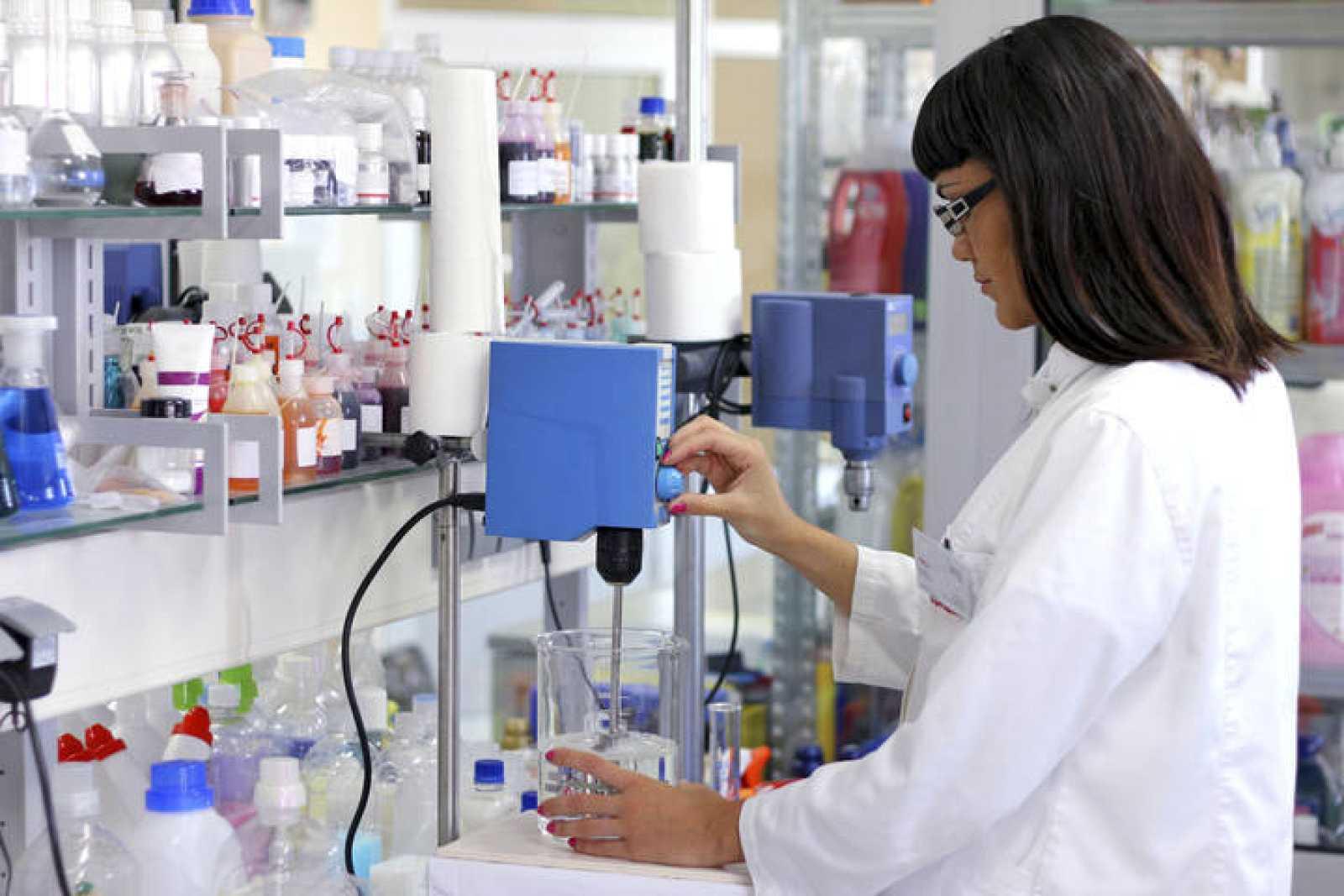 Una química en el laboratorio.